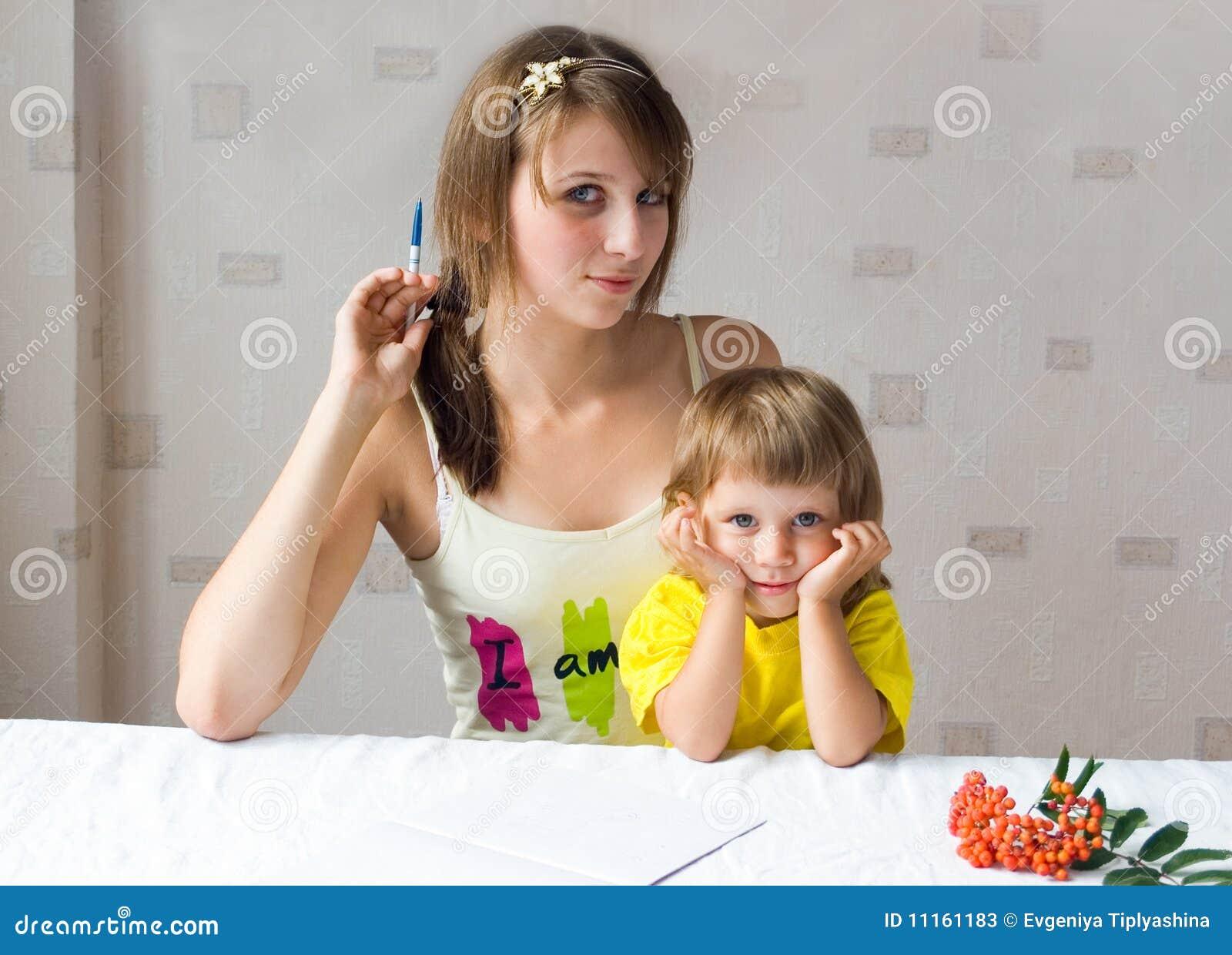 Baben tecknar flickan