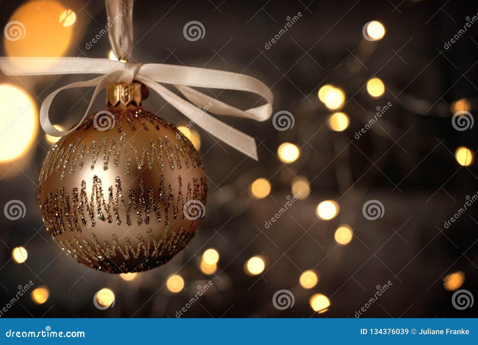 Babiole d or de Noël sur le blackground brillant