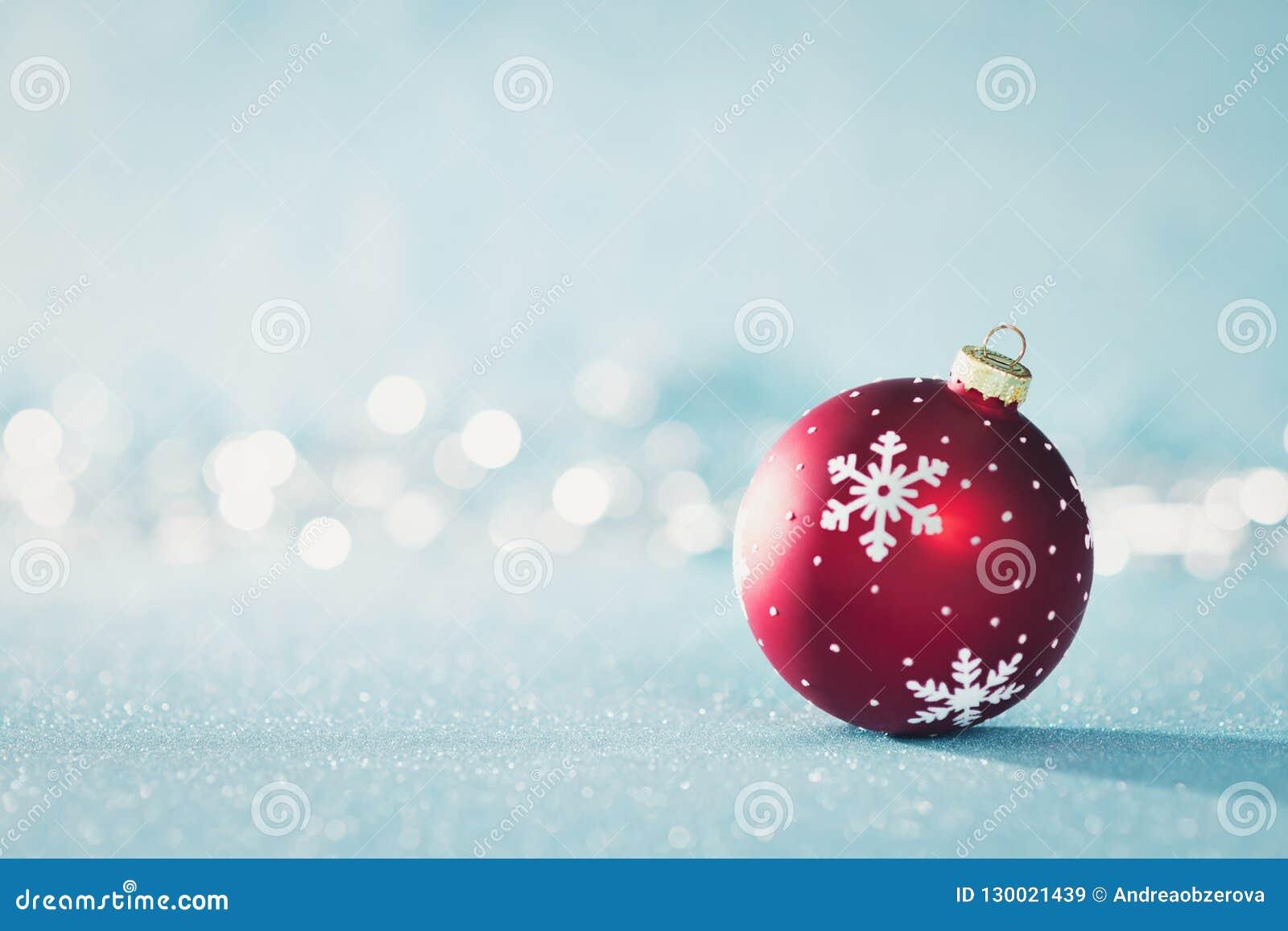 Babiole rouge lumineuse de Noël au pays des merveilles d hiver Fond bleu de Noël avec les lumières de Noël defocused
