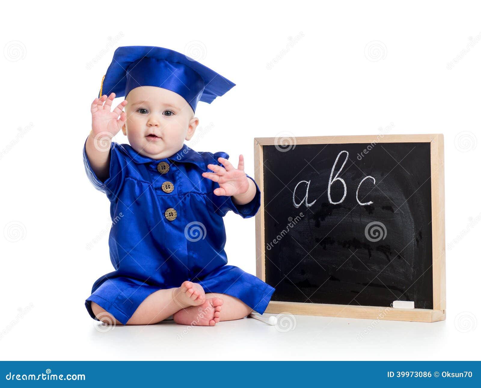 Baby in academicuskleren en bord