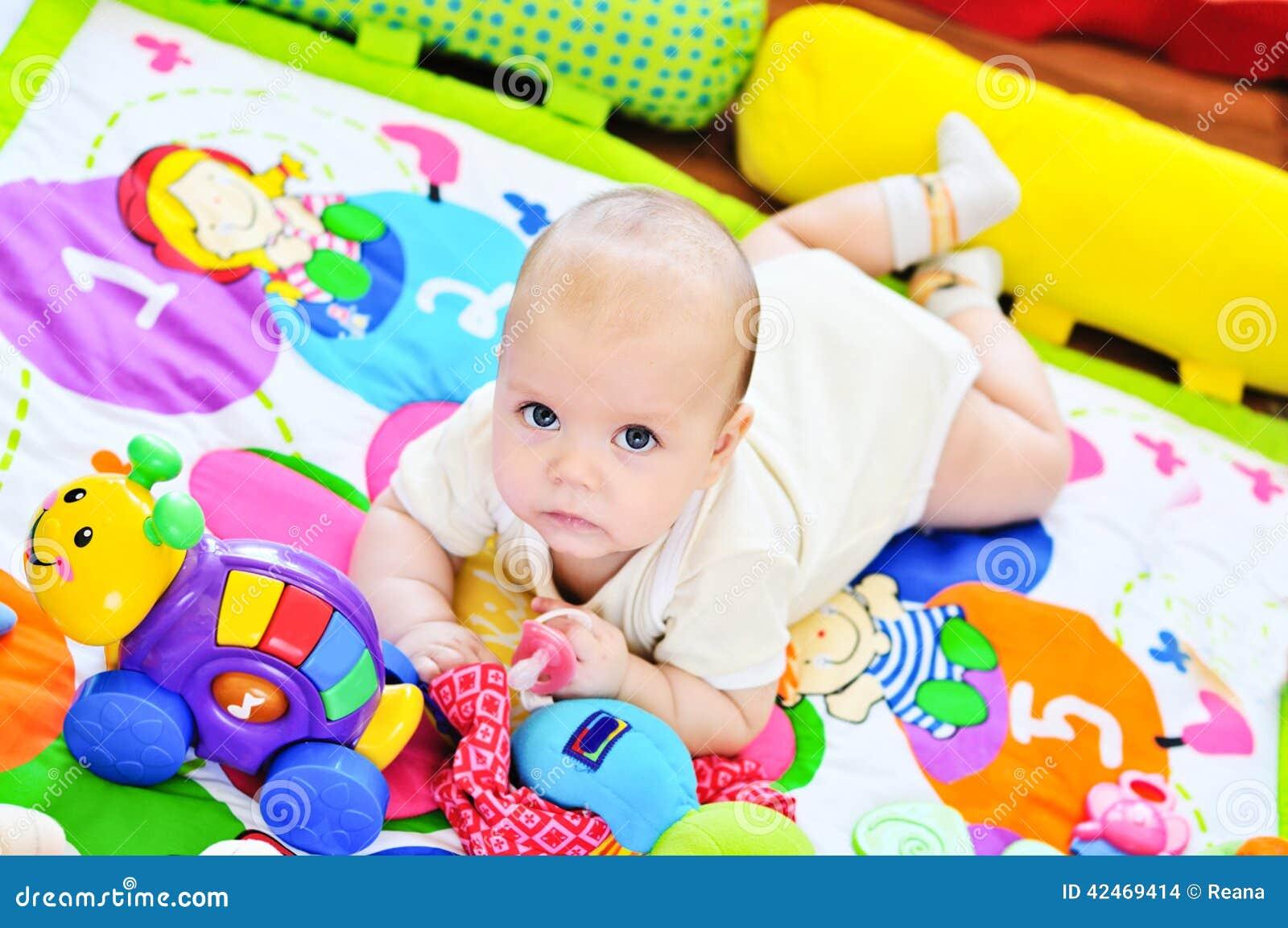 Baby auf dem Teppich