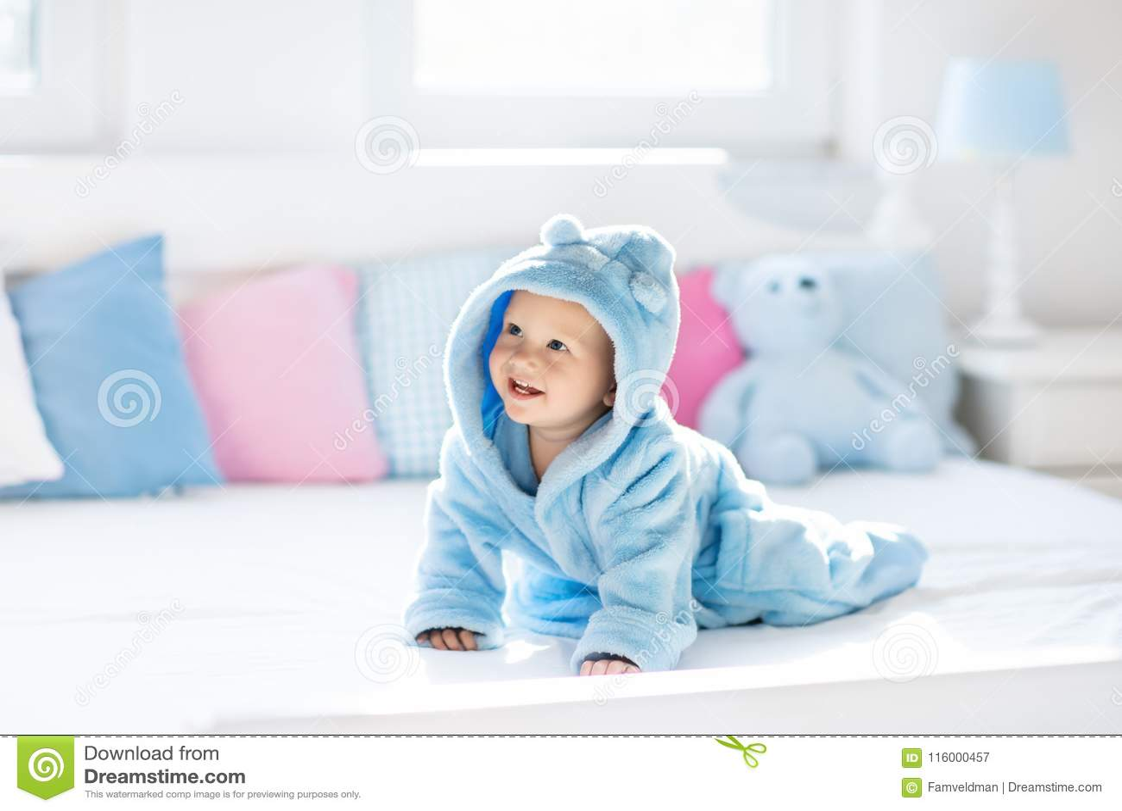 Baby in badjas of handdoek na bad