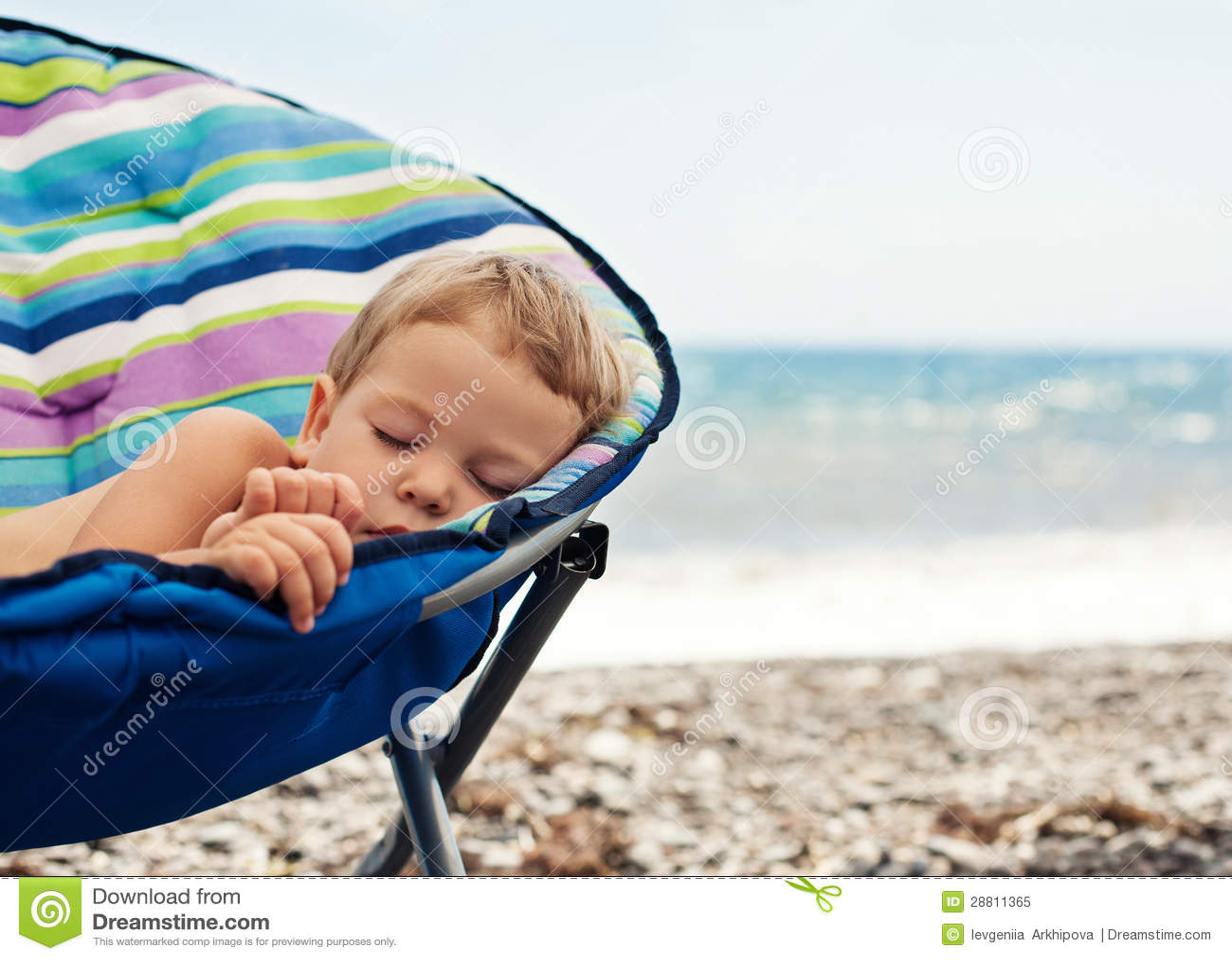Дети спят на пляже фото
