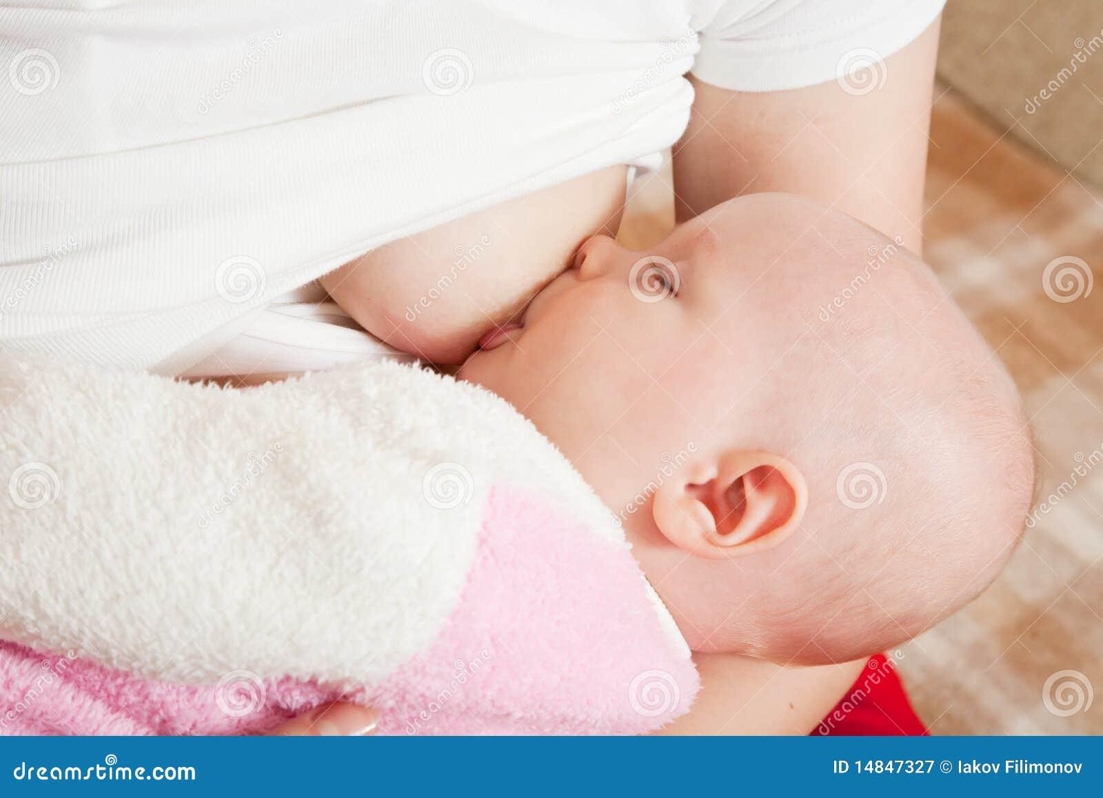 Как правильно прикладывать новорожденного ребенка при кормлении фото