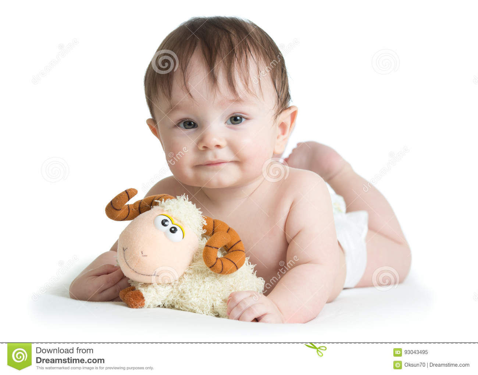 Baby, Das Auf Bauch Mit Dem Lammspielzeug Lokalisiert Liegt