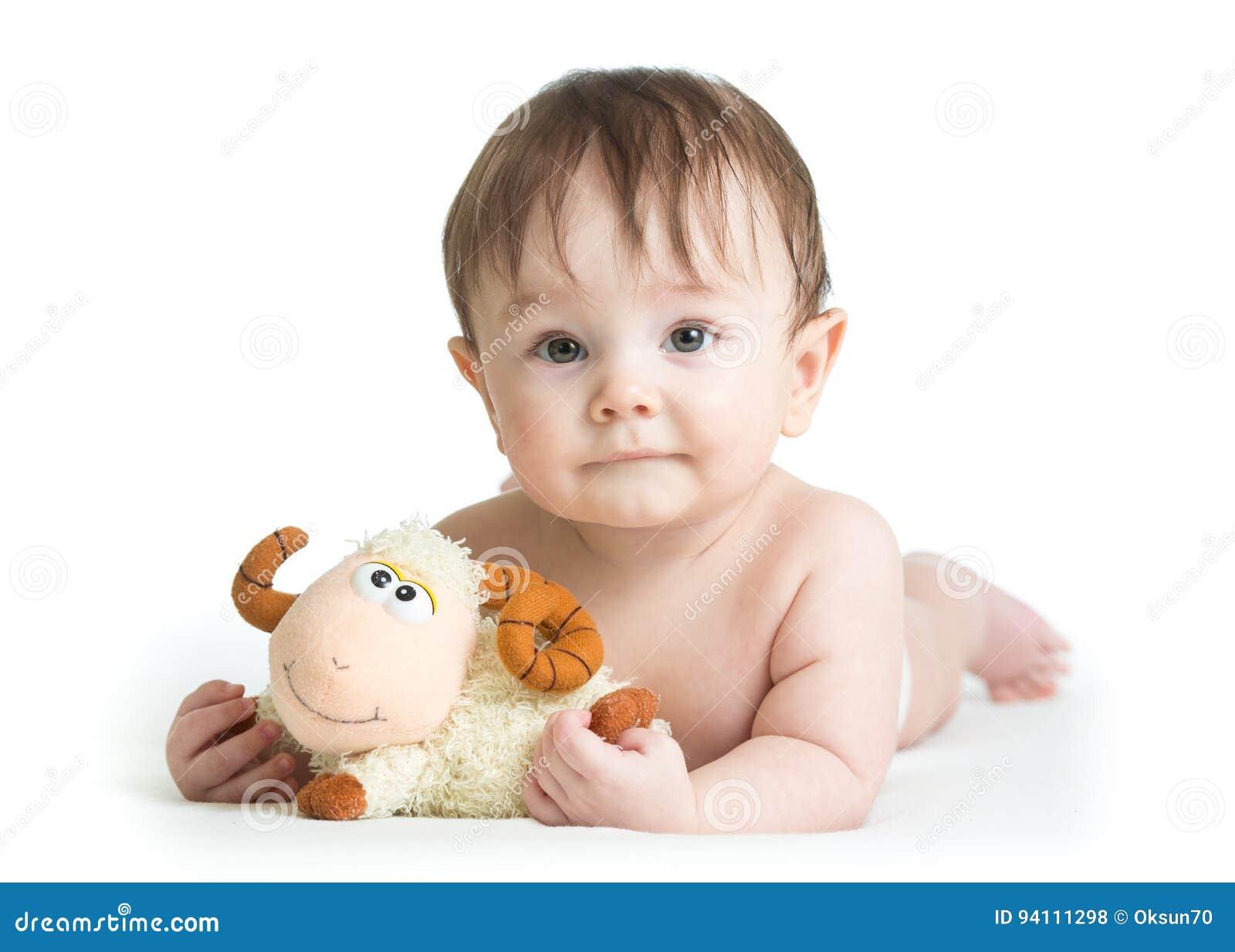 Baby, Das Auf Bauch Mit Lammspielzeug Liegt Stockfoto Bild