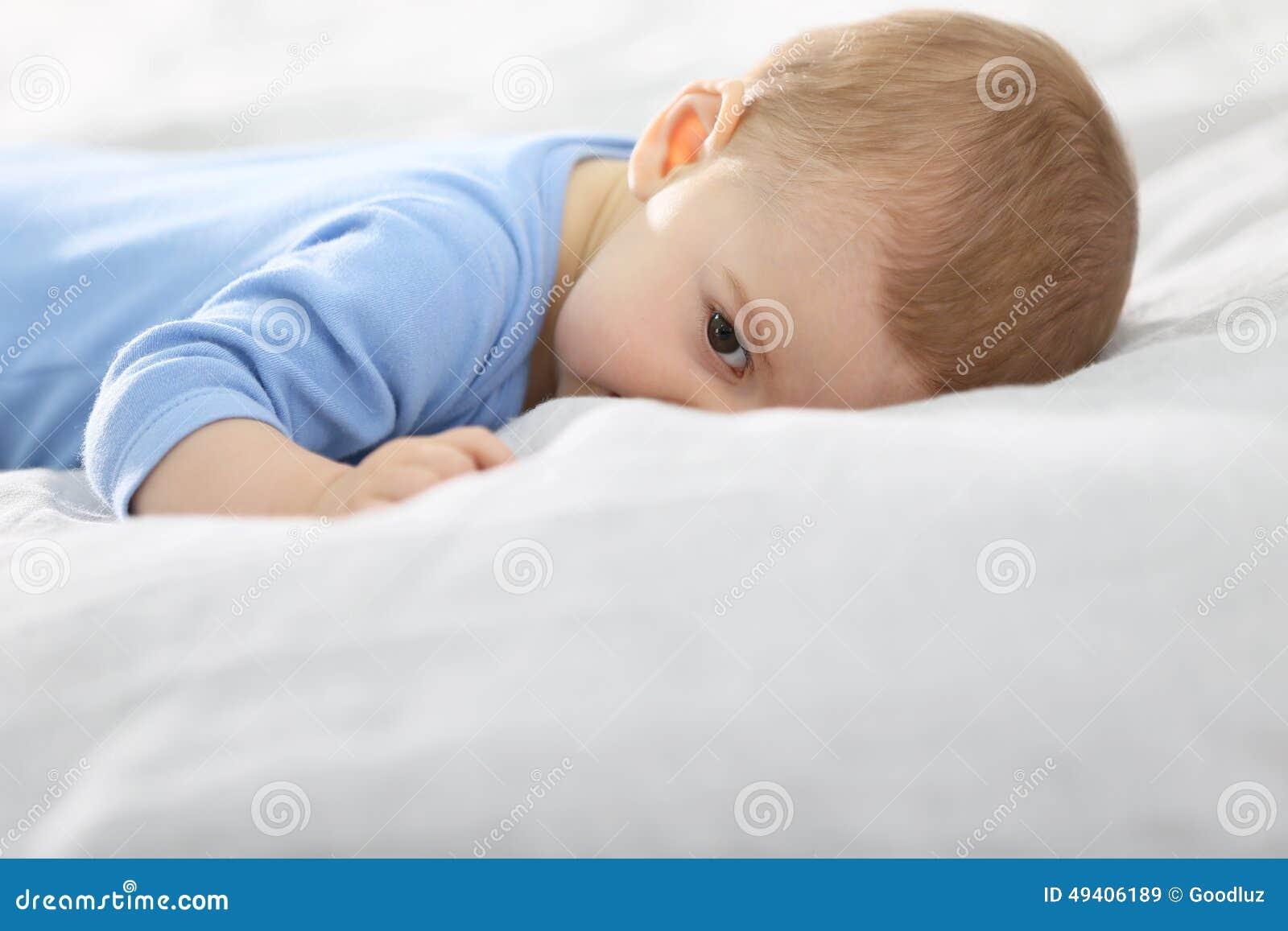 Download Baby, das auf Bett liegt stockbild. Bild von liebe, bett - 49406189