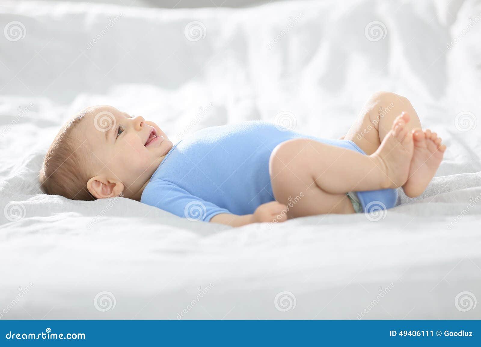 Download Baby, Das Auf Bett Und Dem Lächeln Liegt Stockbild - Bild von monat, legen: 49406111