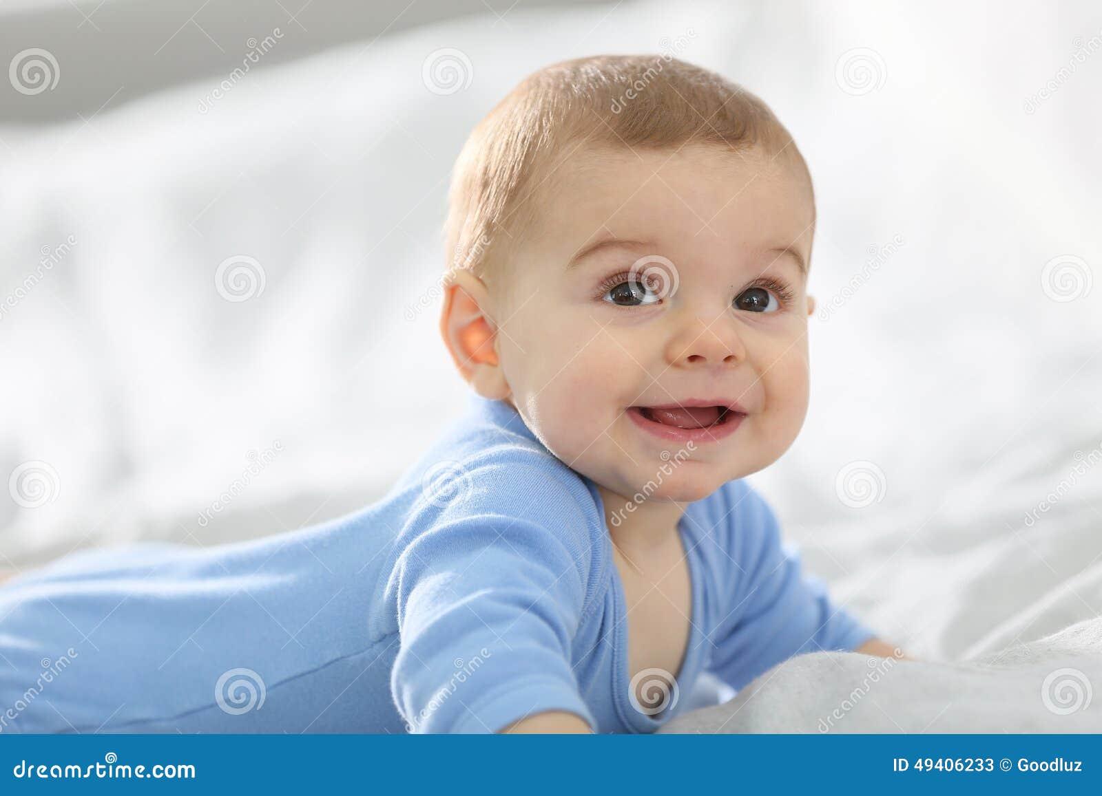 Download Baby, Das Auf Dem Bettlächeln Liegt Stockbild - Bild von adorable, hintergrund: 49406233