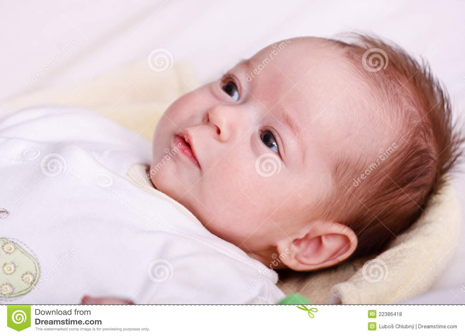 Baby, das auf einer weichen Decke und einem Überwachen liegt