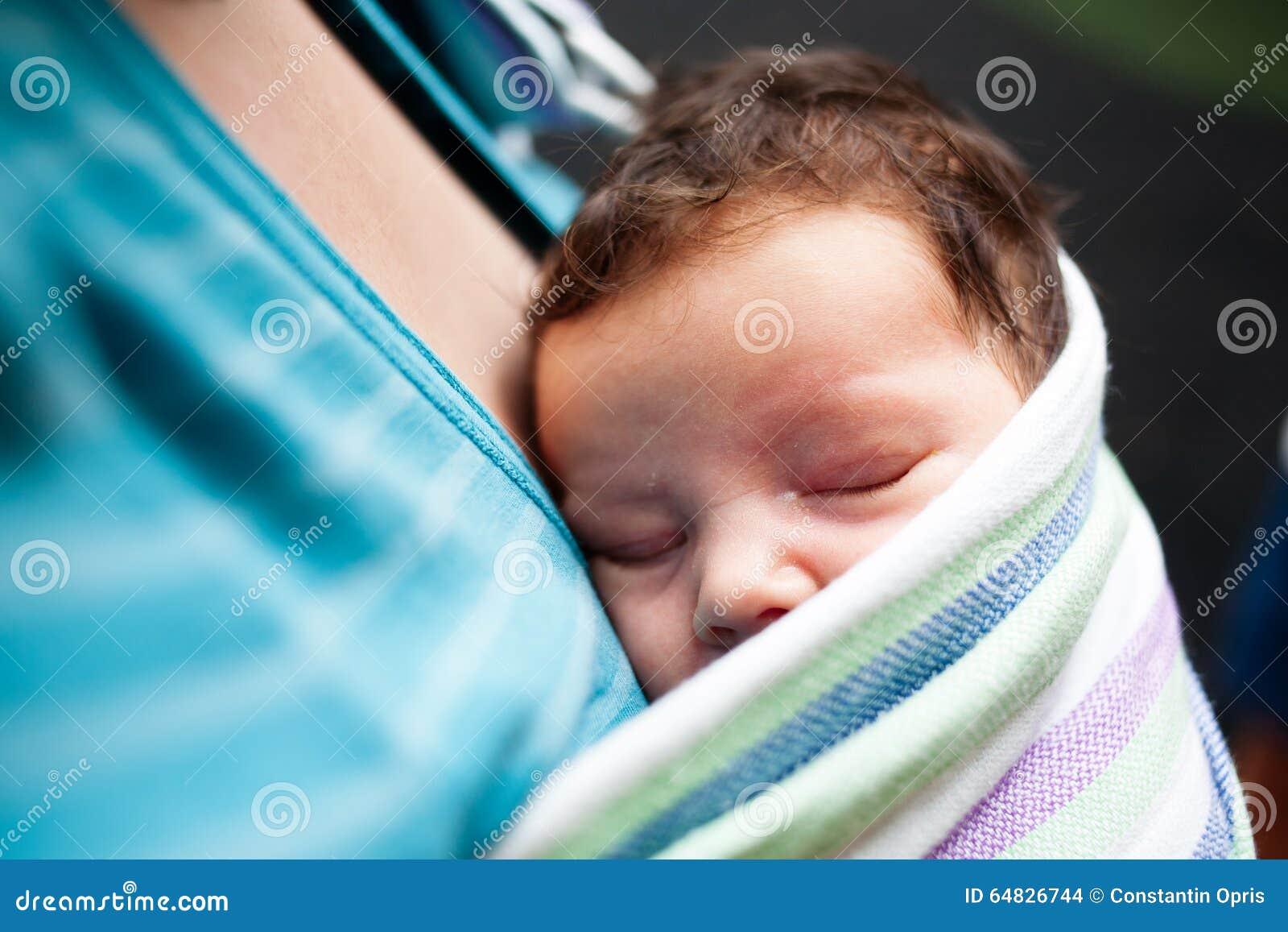 Baby, das im Riemen schläft
