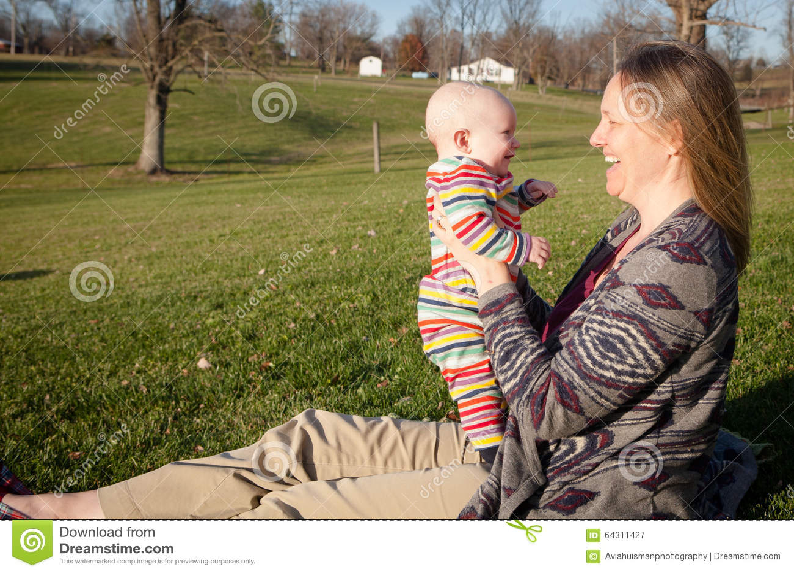 Baby, das mit Mutter draußen lacht