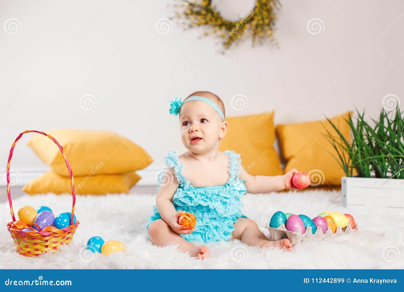 Baby Das Ostern Feiertag Feiert Stockbild Bild Von Barfuß
