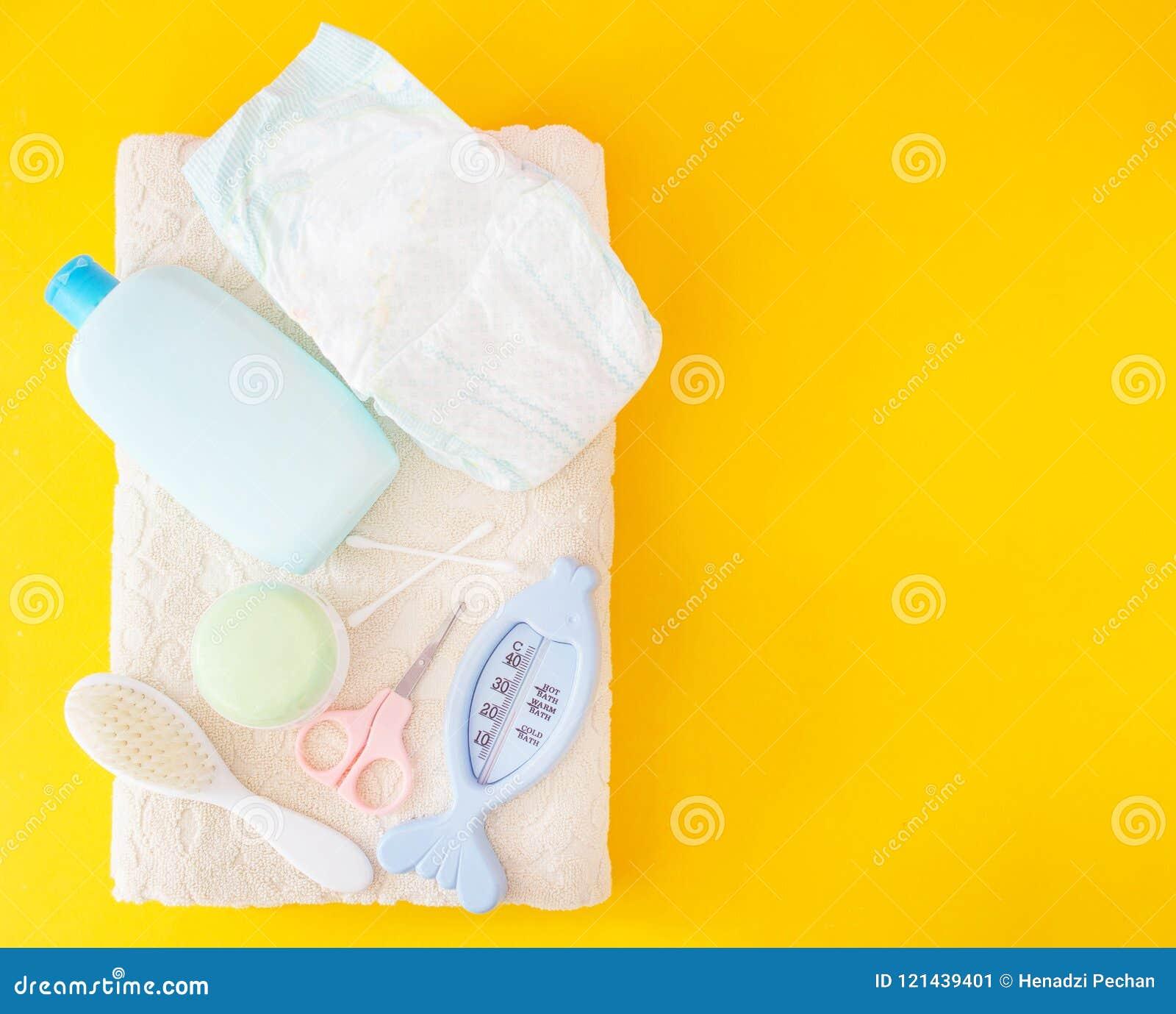 Baby, das Zubehör, Windel, gelber Hintergrund badet
