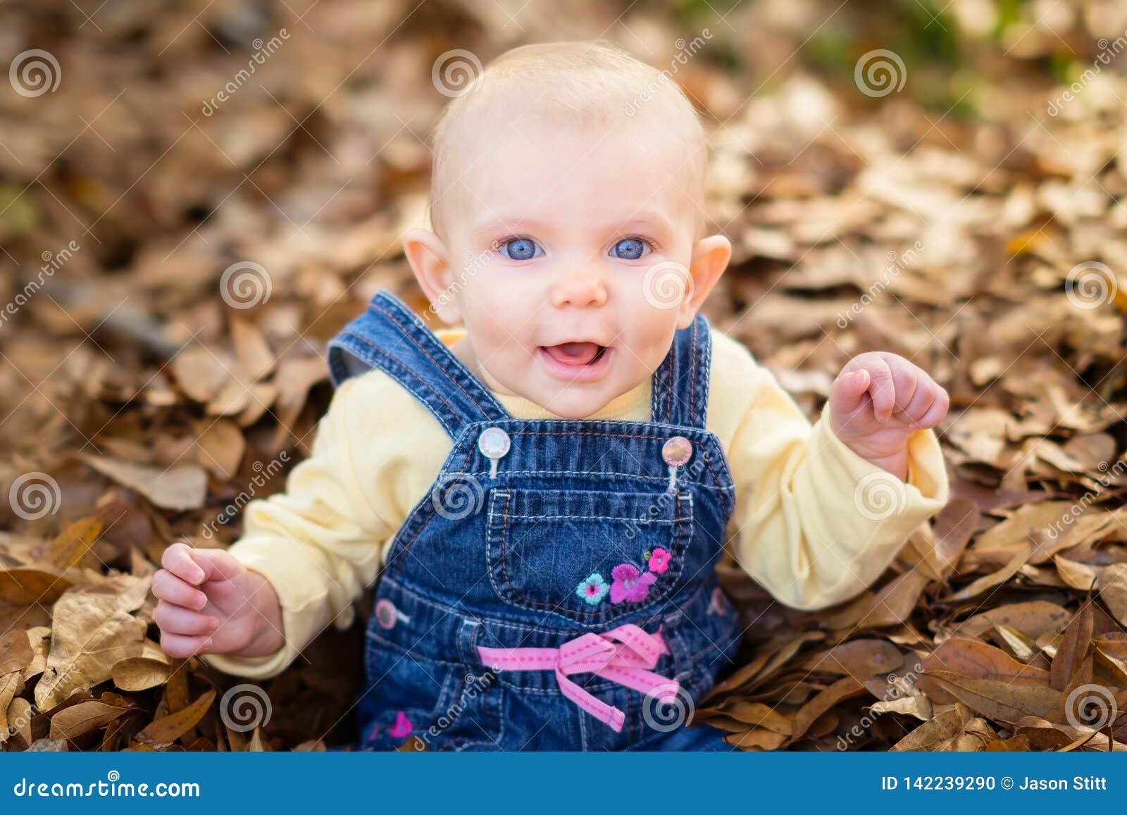 Baby in den Blättern