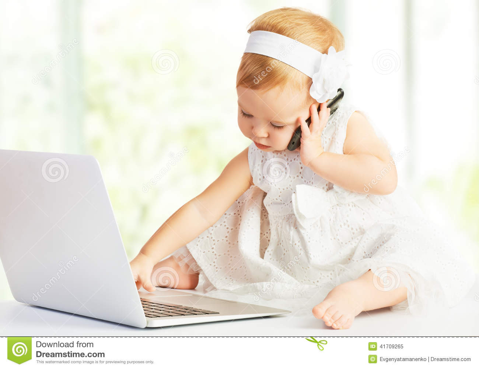 baby an der laptop computer handy stockbild bild von konzept nett 41709265. Black Bedroom Furniture Sets. Home Design Ideas