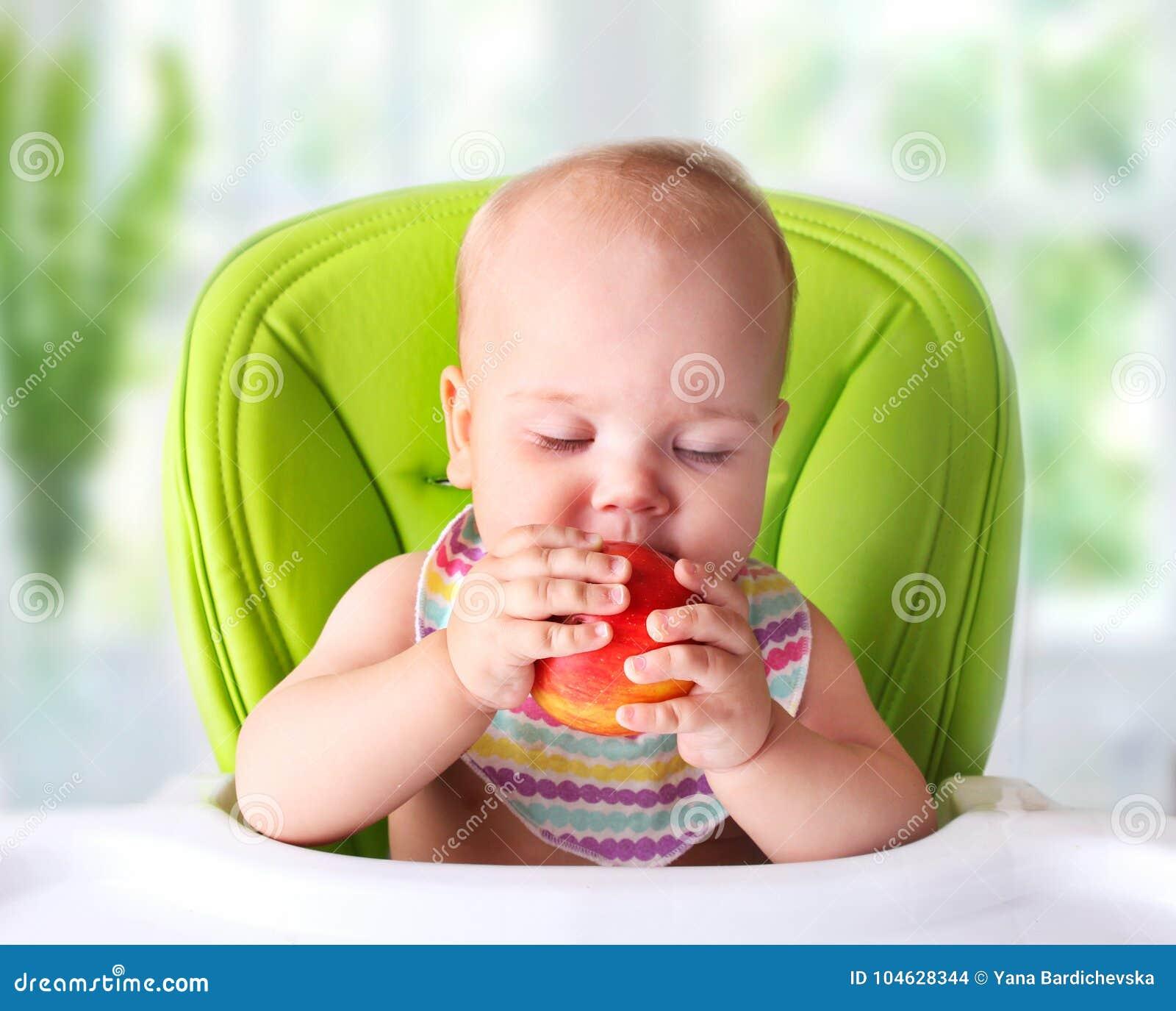 Download Baby Die Eerste Voedsel Proberen Kind Met Appel Stock Foto - Afbeelding bestaande uit baby, lunch: 104628344