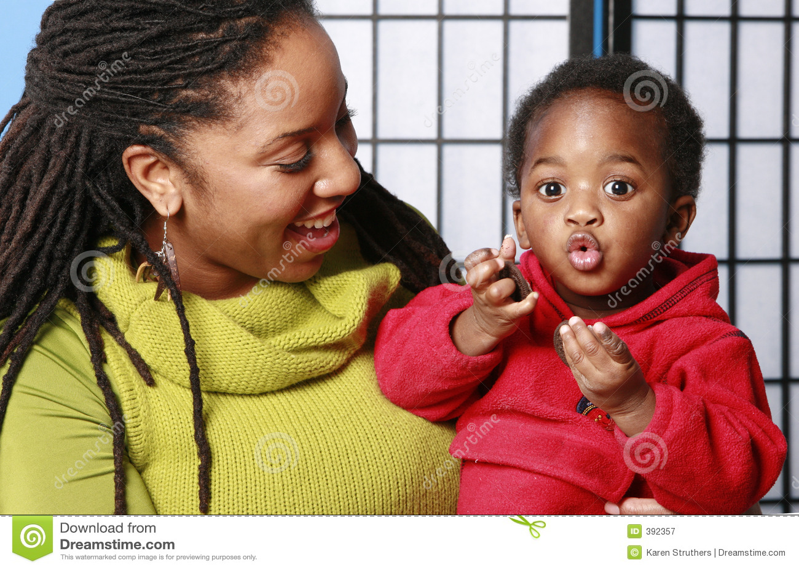 Baby die excitedly een koekje eet