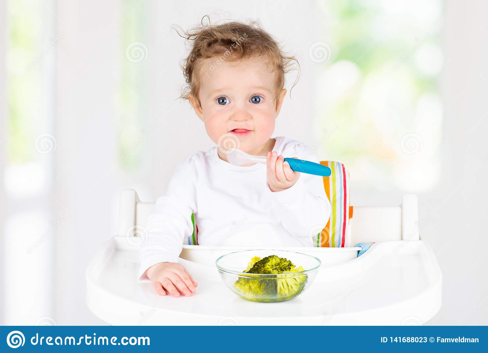 Baby die groenten eten Stevig voedsel voor zuigeling