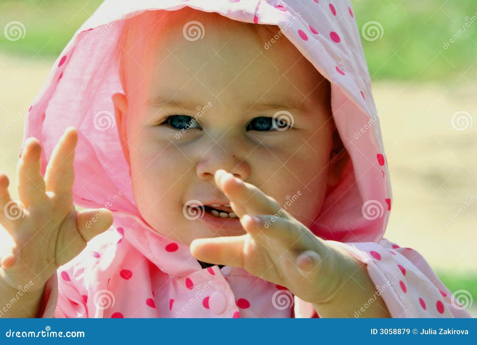 Baby die in haar handen slaat