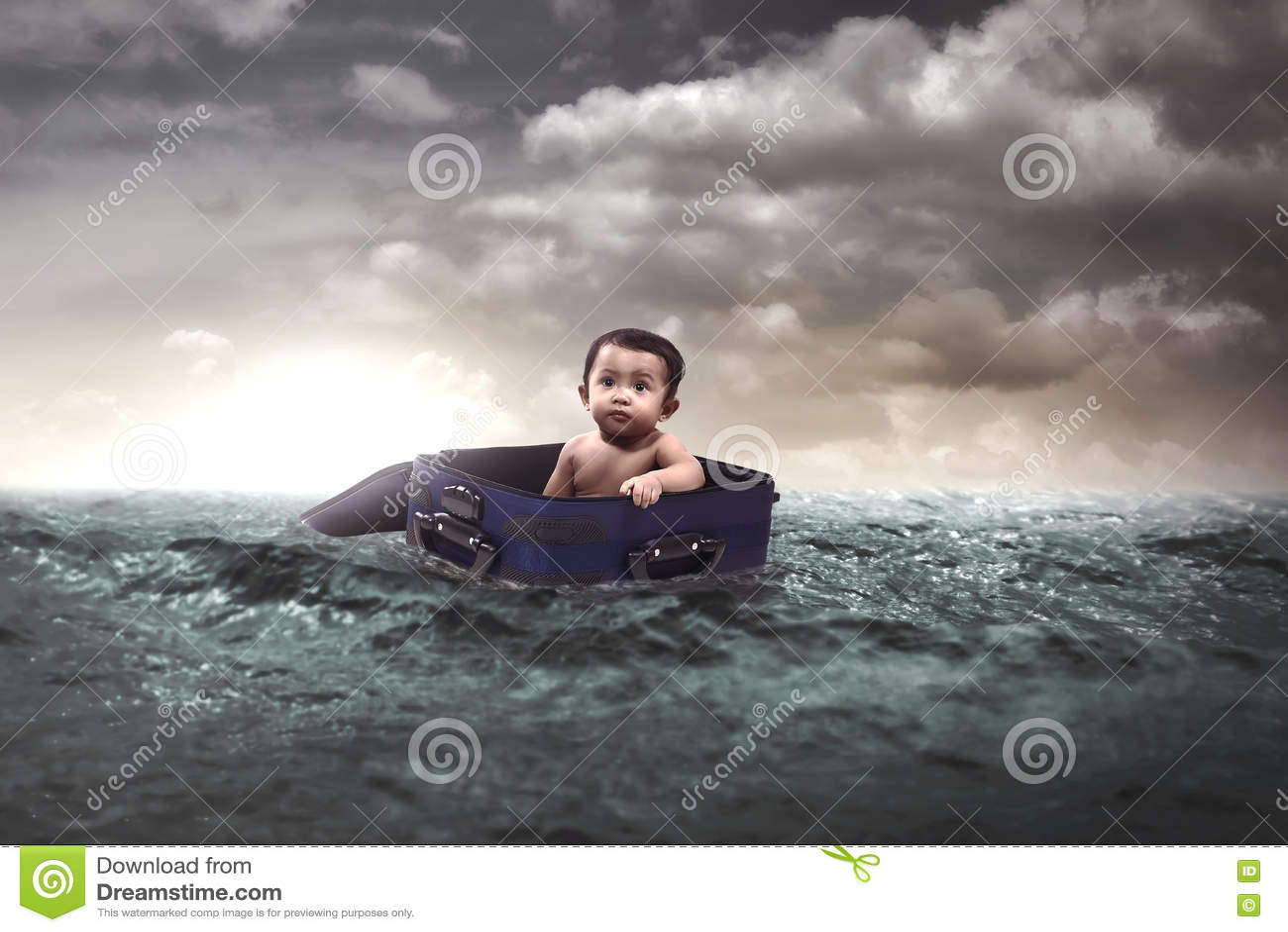 Baby die in het midden van het Overzees drijven