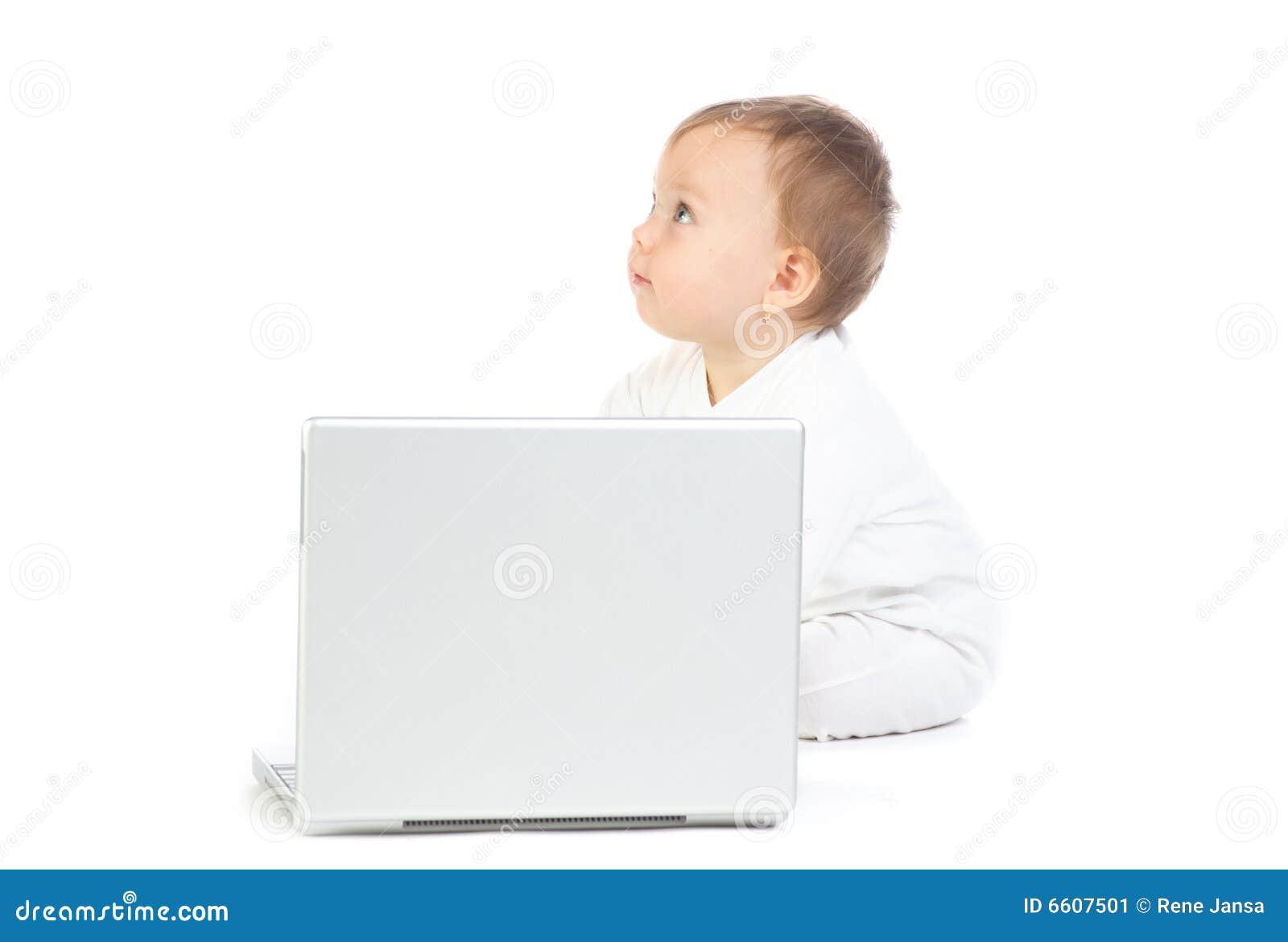 Baby die met laptop computer wordt gezeten