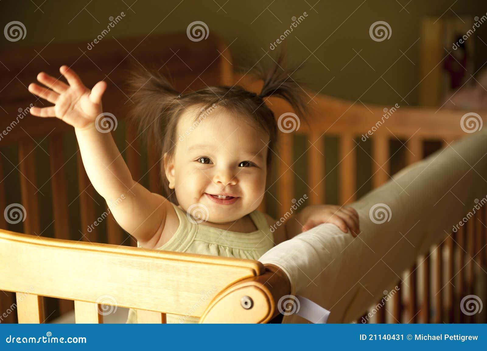 Baby die in voederbak opstaat