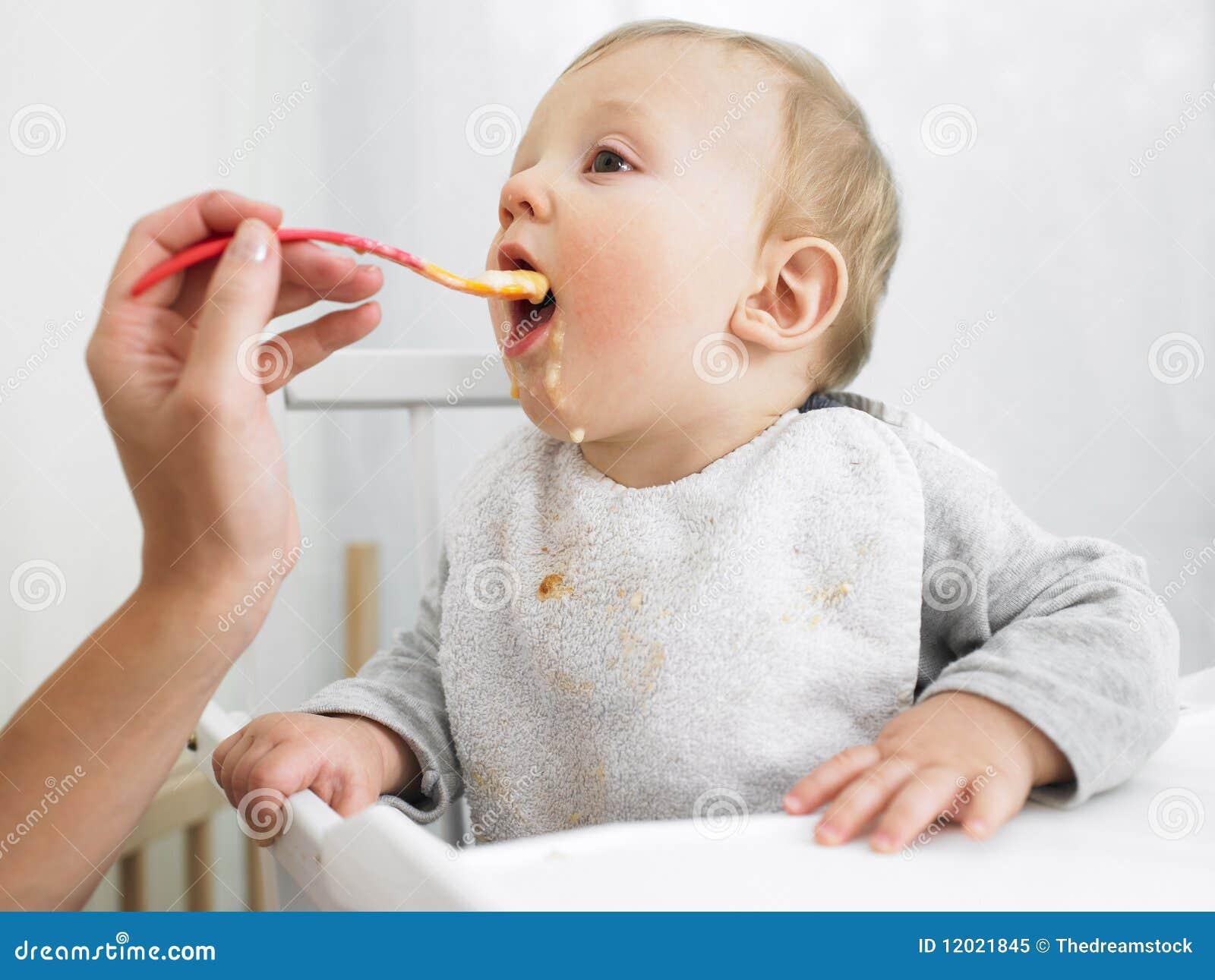 Baby die wordt gevoed