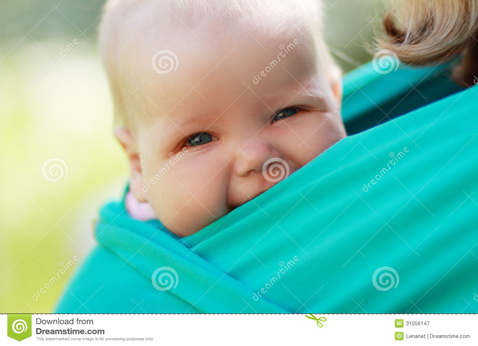 Baby geschlossen zur Mutter im Riemen