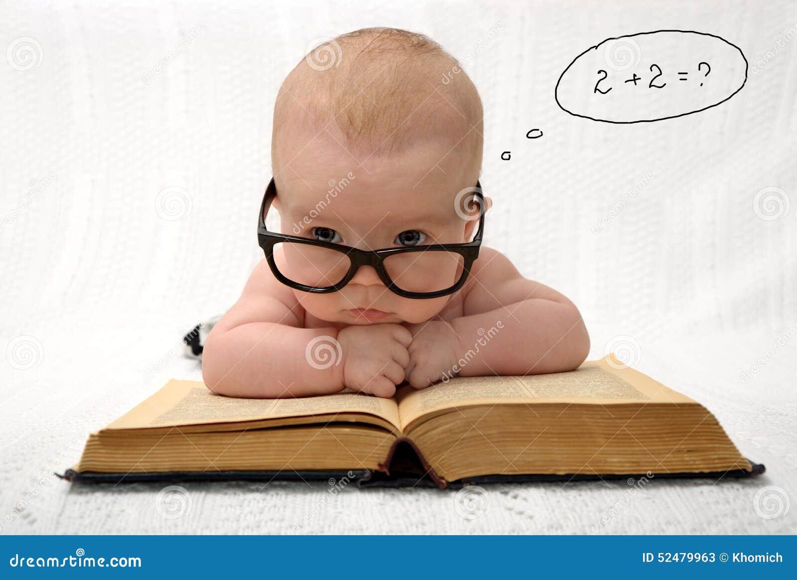 Baby in glazen die in mening tellen