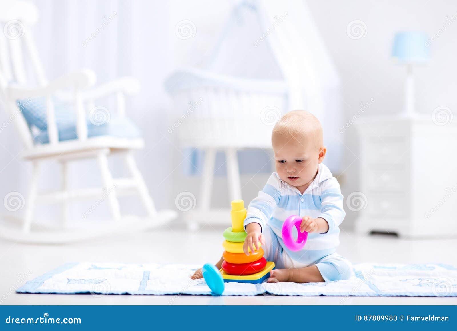 Baby het spelen met stuk speelgoed piramide Jonge geitjesspel