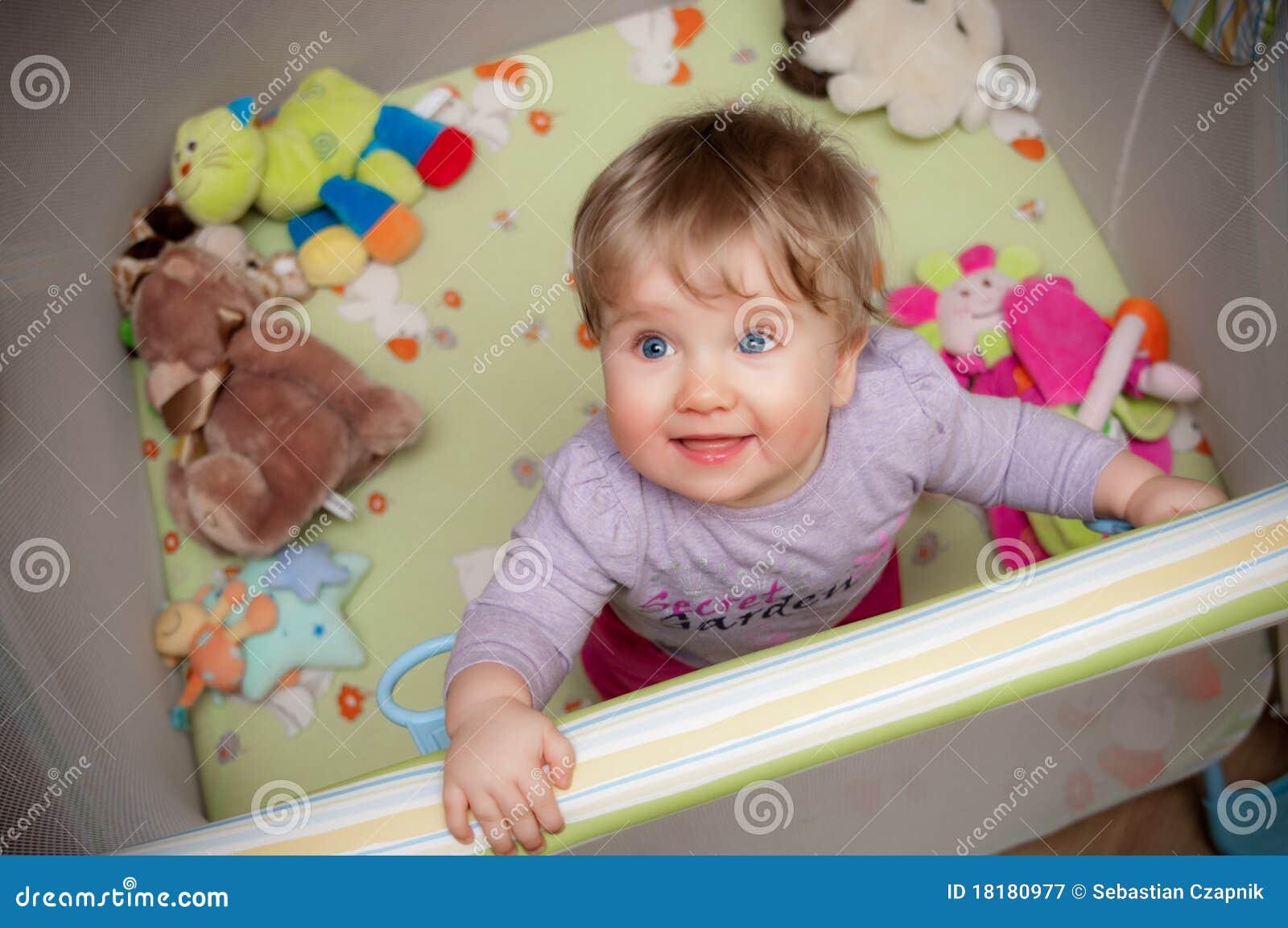Baby im Playpen