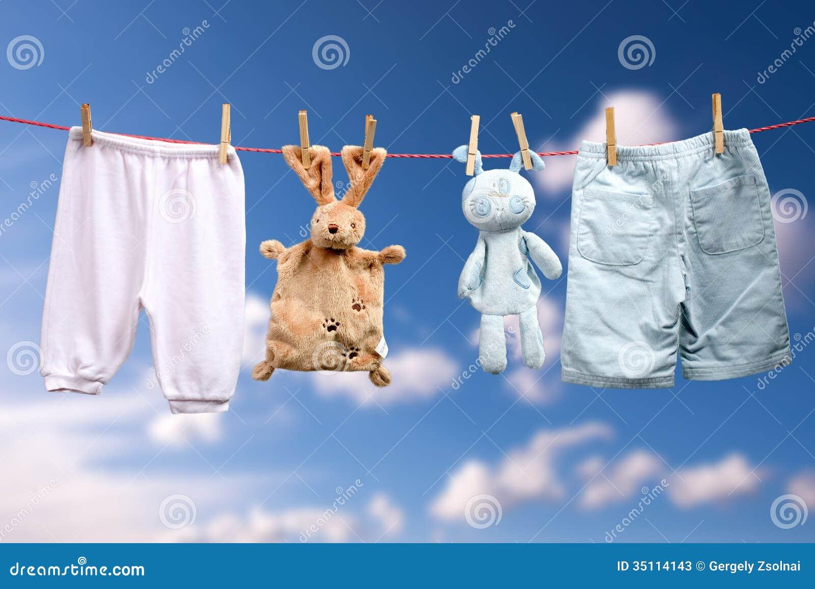 baby ist geboren junge oder ein m dchen auf der w scheleine im freien stockfotos bild 35114143. Black Bedroom Furniture Sets. Home Design Ideas