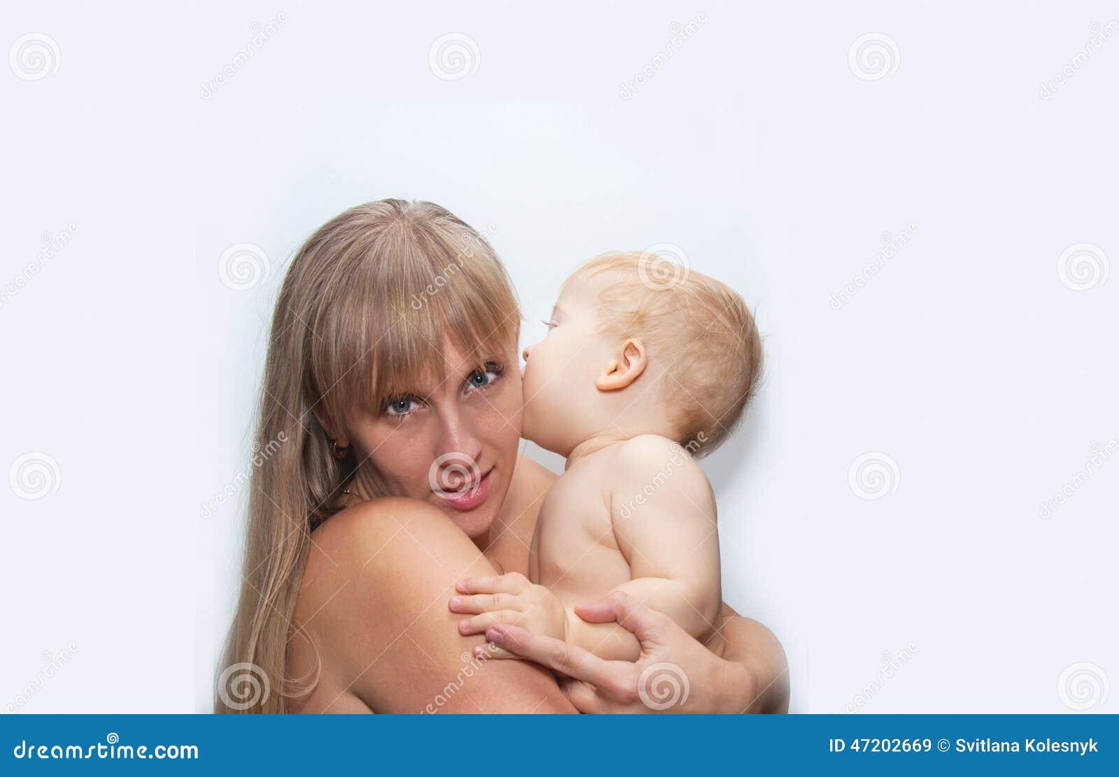 Baby küsst Mama