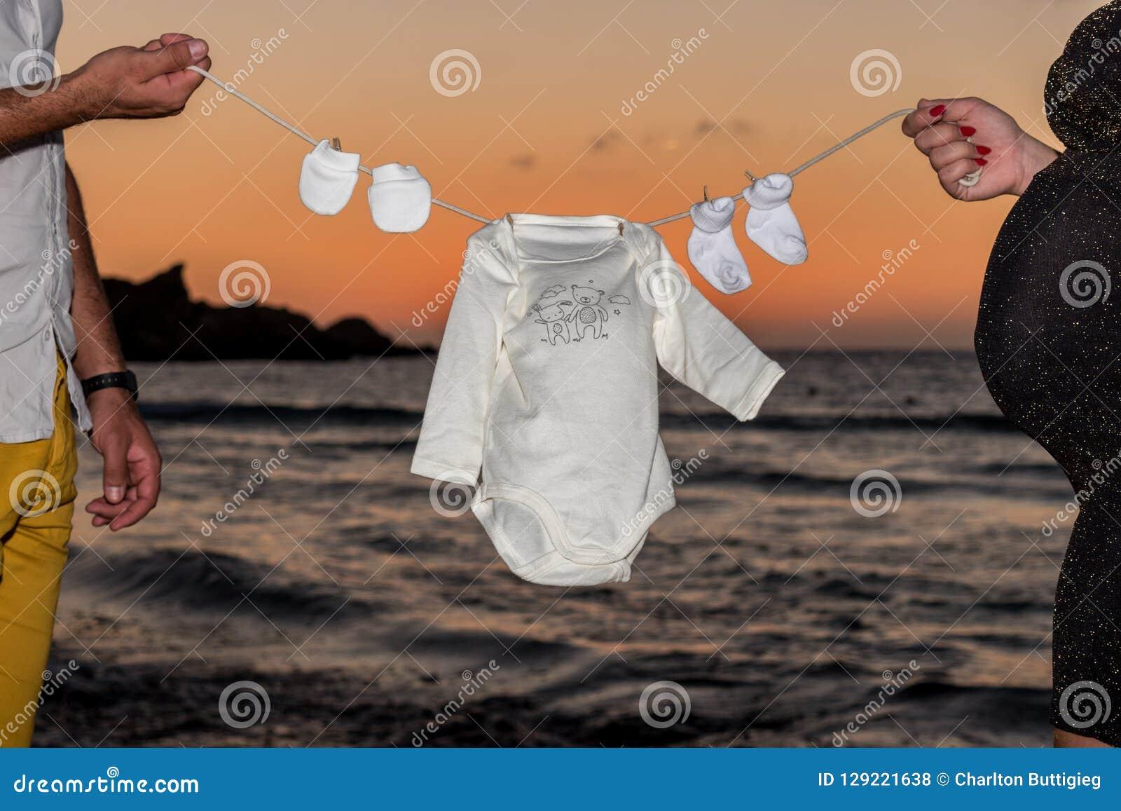 Baby-Kleidung auf einer Linie