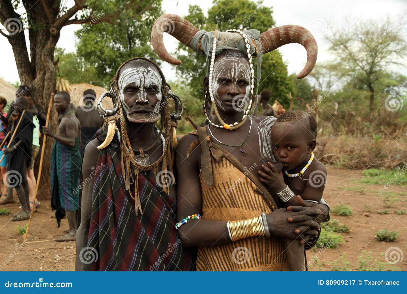 Baby, mamma en grootmoeder van het mursibehoren tot een bepaald ras