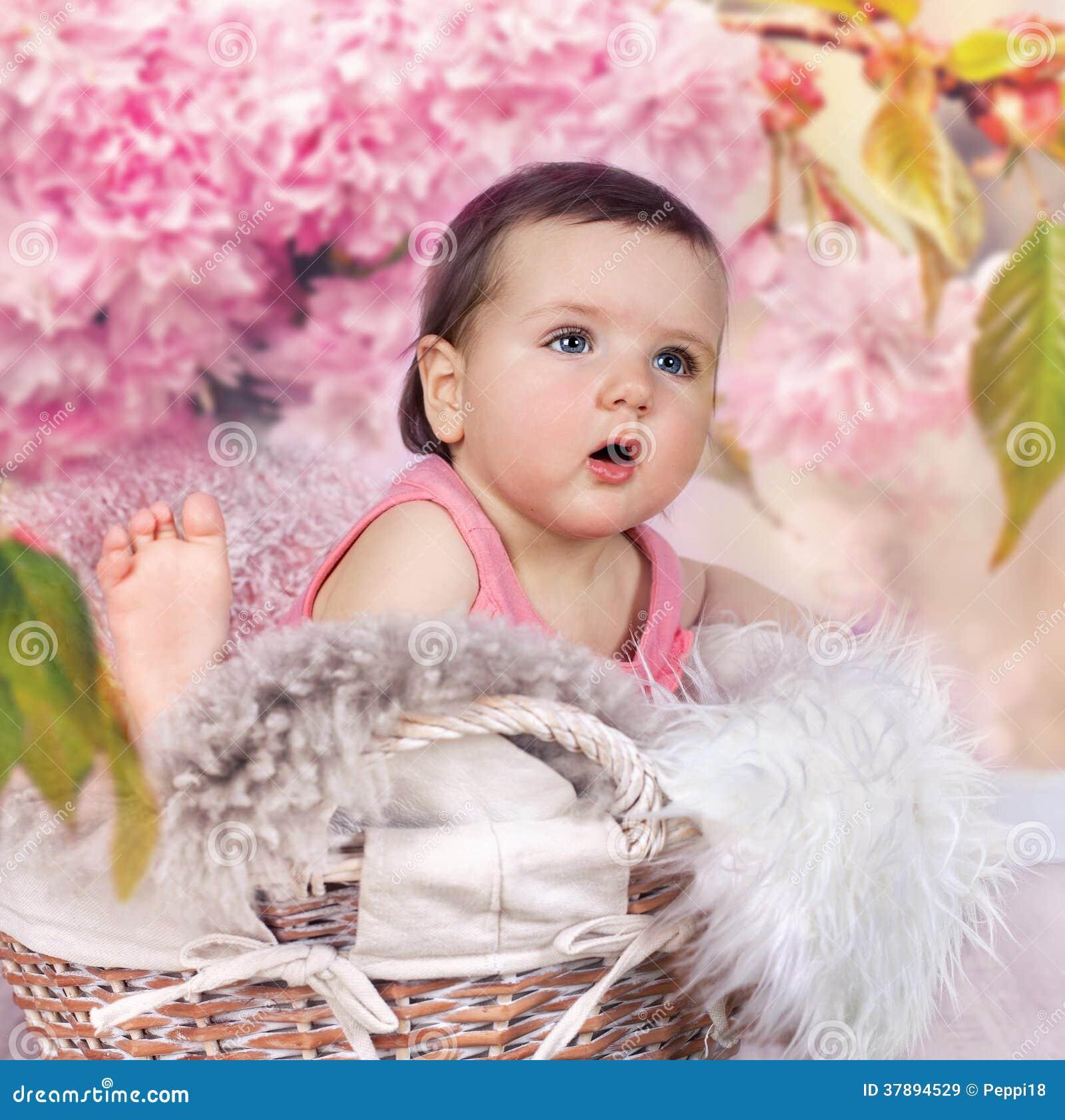 Baby in mand met kersenbloesems