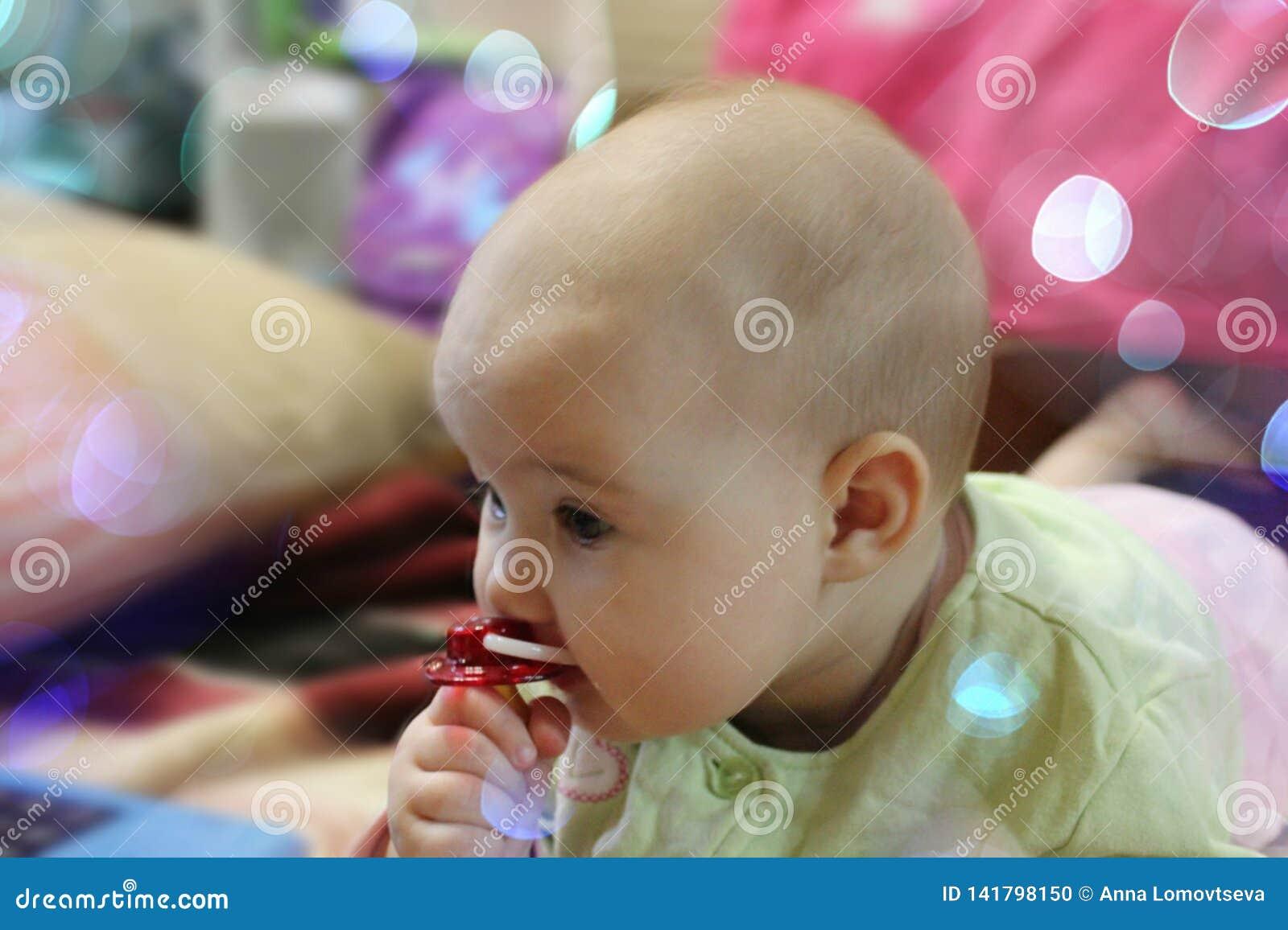 Baby met een fopspeen