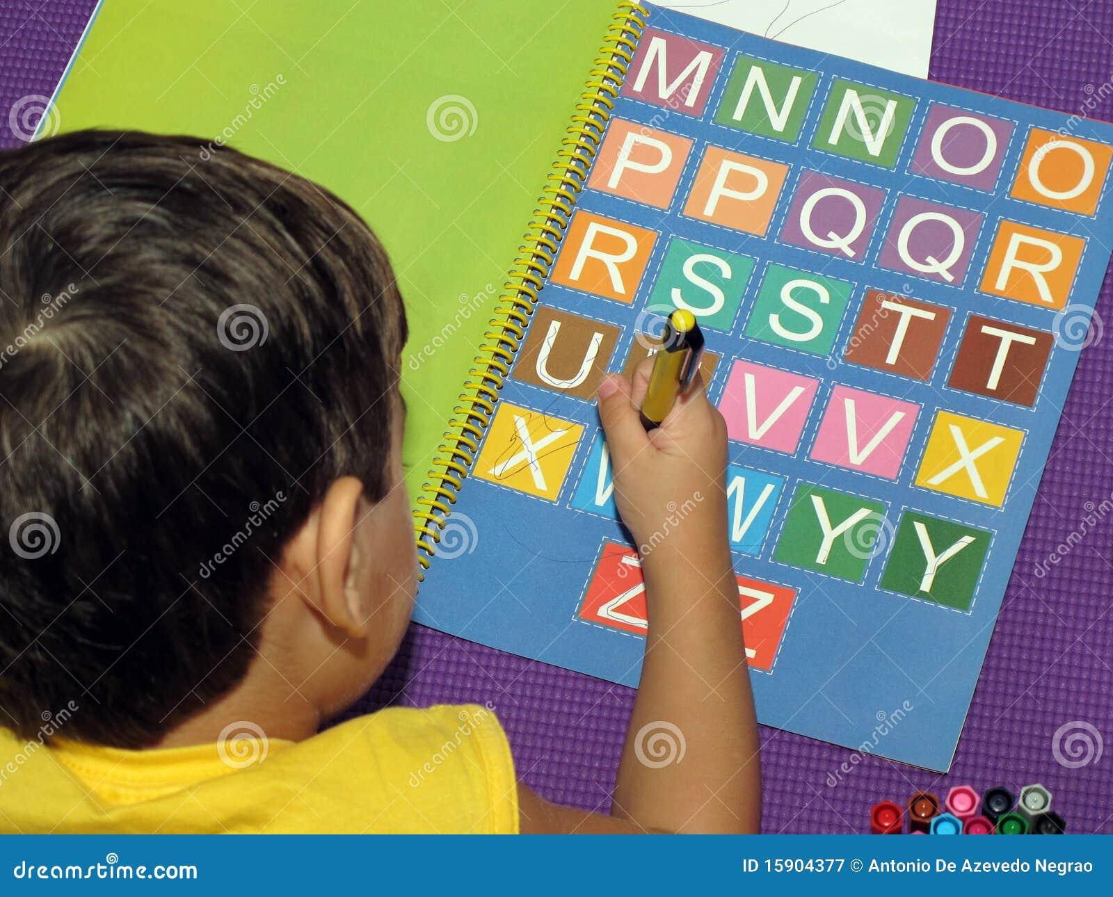 Baby met gekleurde brieven