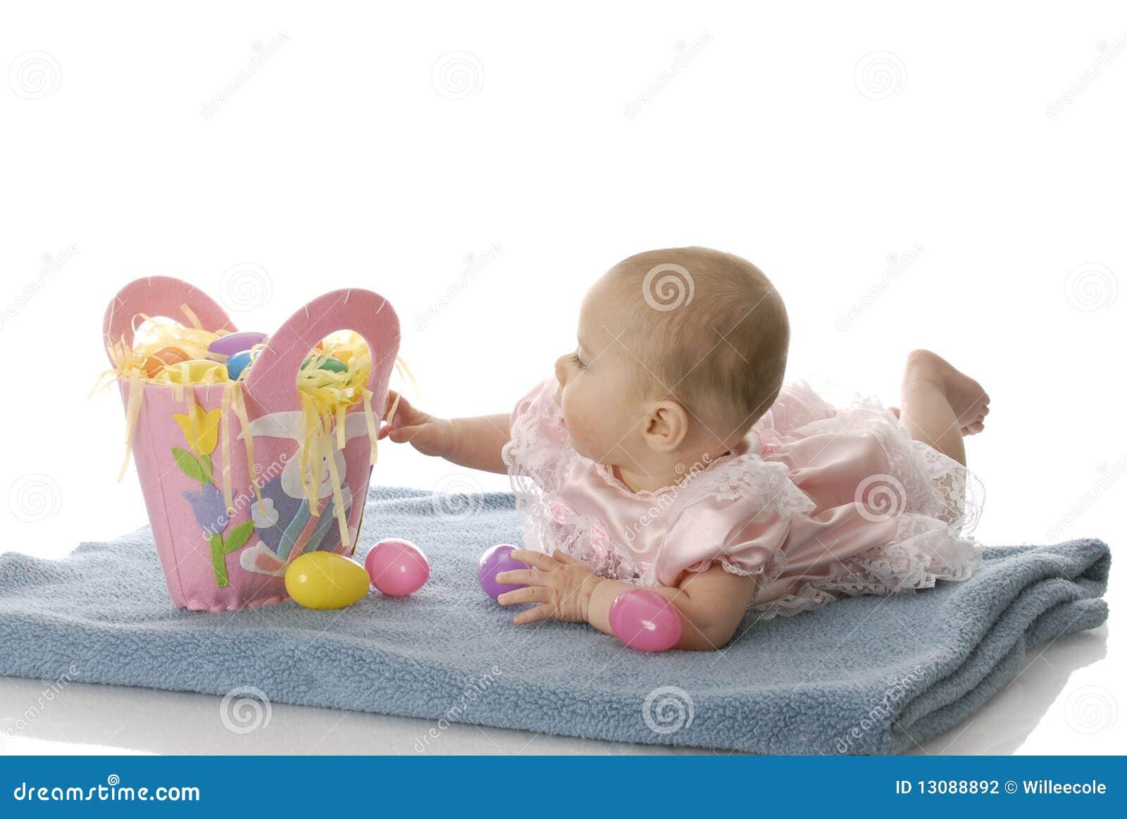 Baby met Pasen mand