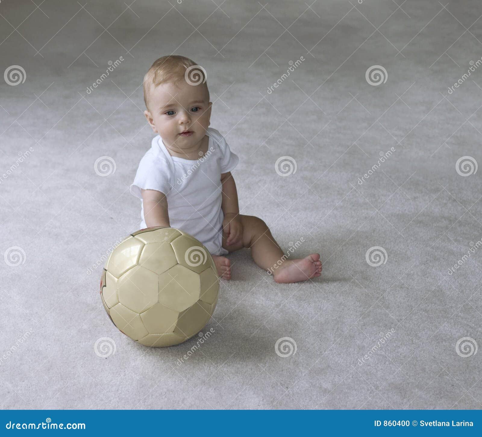 Baby mit Fußballkugel