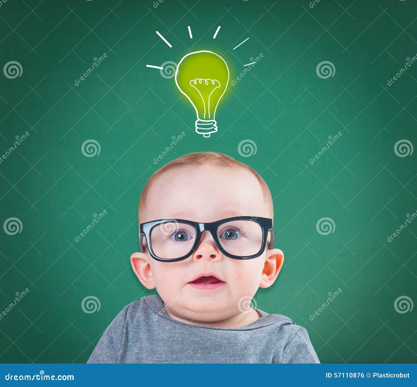 Baby mit Gläsern hat eine Idee