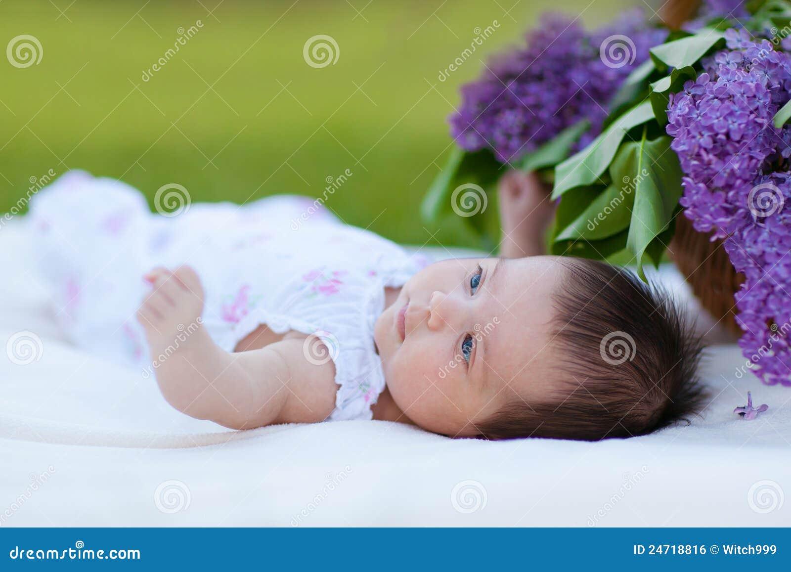Baby Mit Lila Blumenstrauß Im Korb Stockfoto - Bild von träumen ...