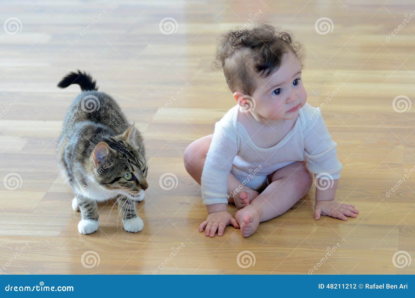 Baby mit Tier stockfoto. Bild von unschuld, ideen