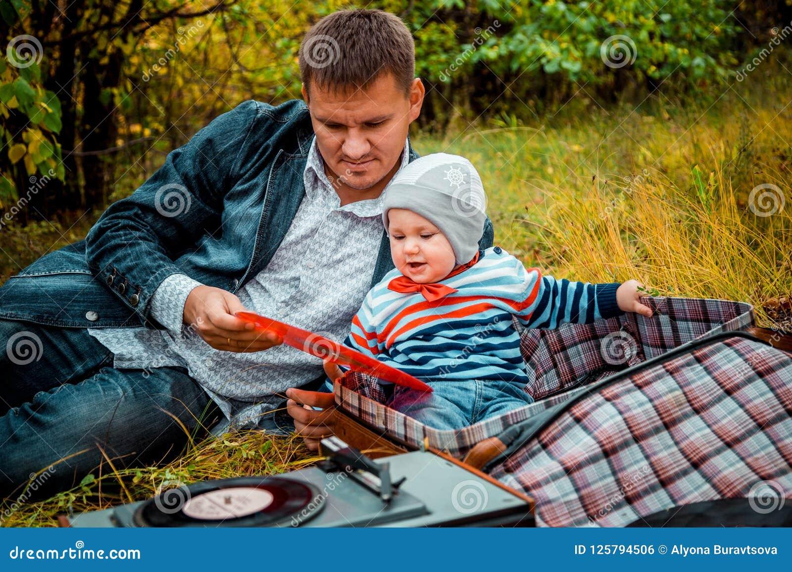 Baby mit Vati im Park im Herbst