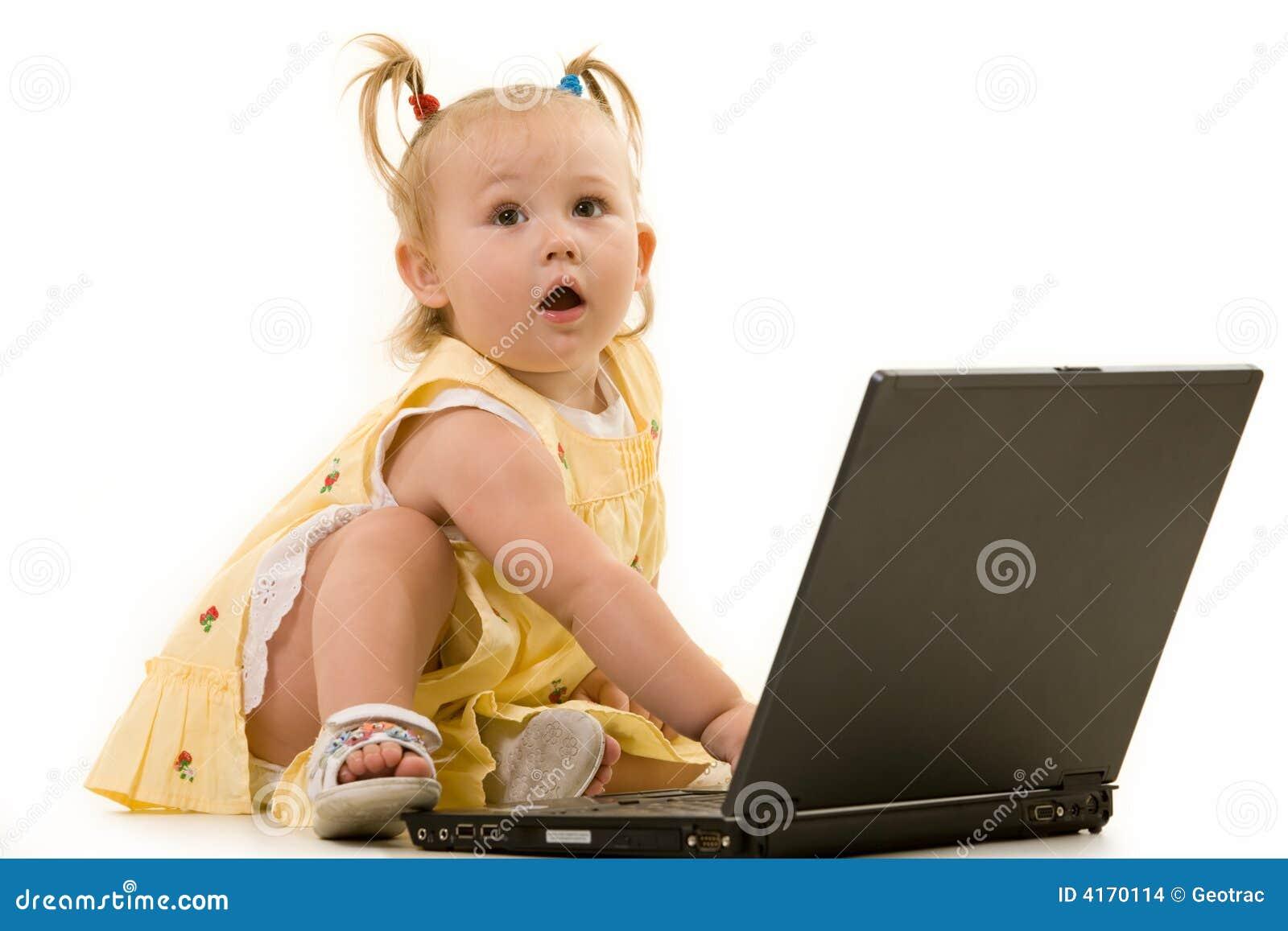 Baby op laptop