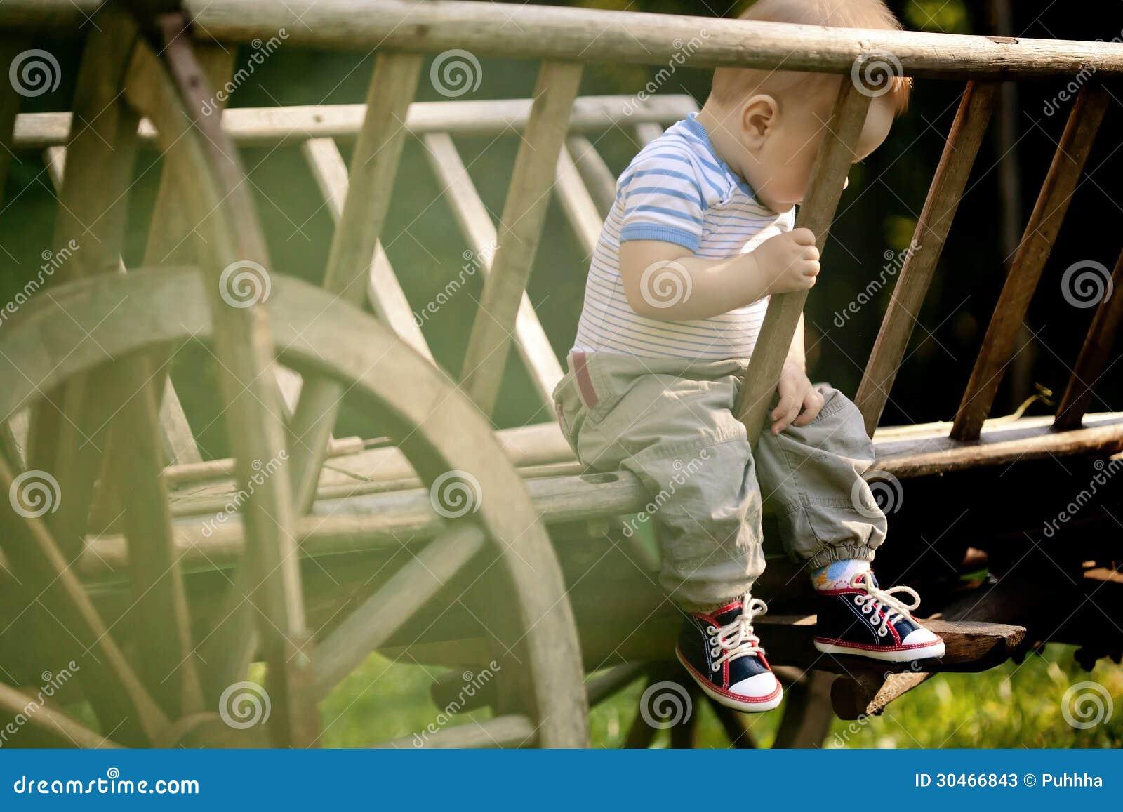 Baby-Porträt.  Trauriger Junge auf dem Naturhintergrund