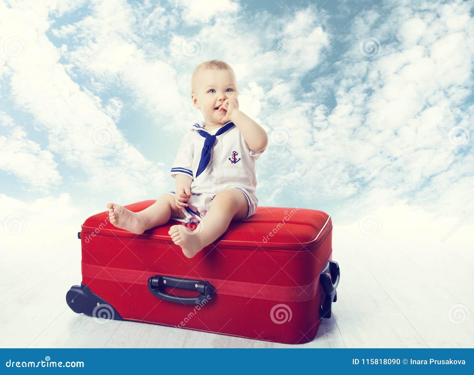Baby reise koffer kind sitzen auf reisendem gepäck glückliches