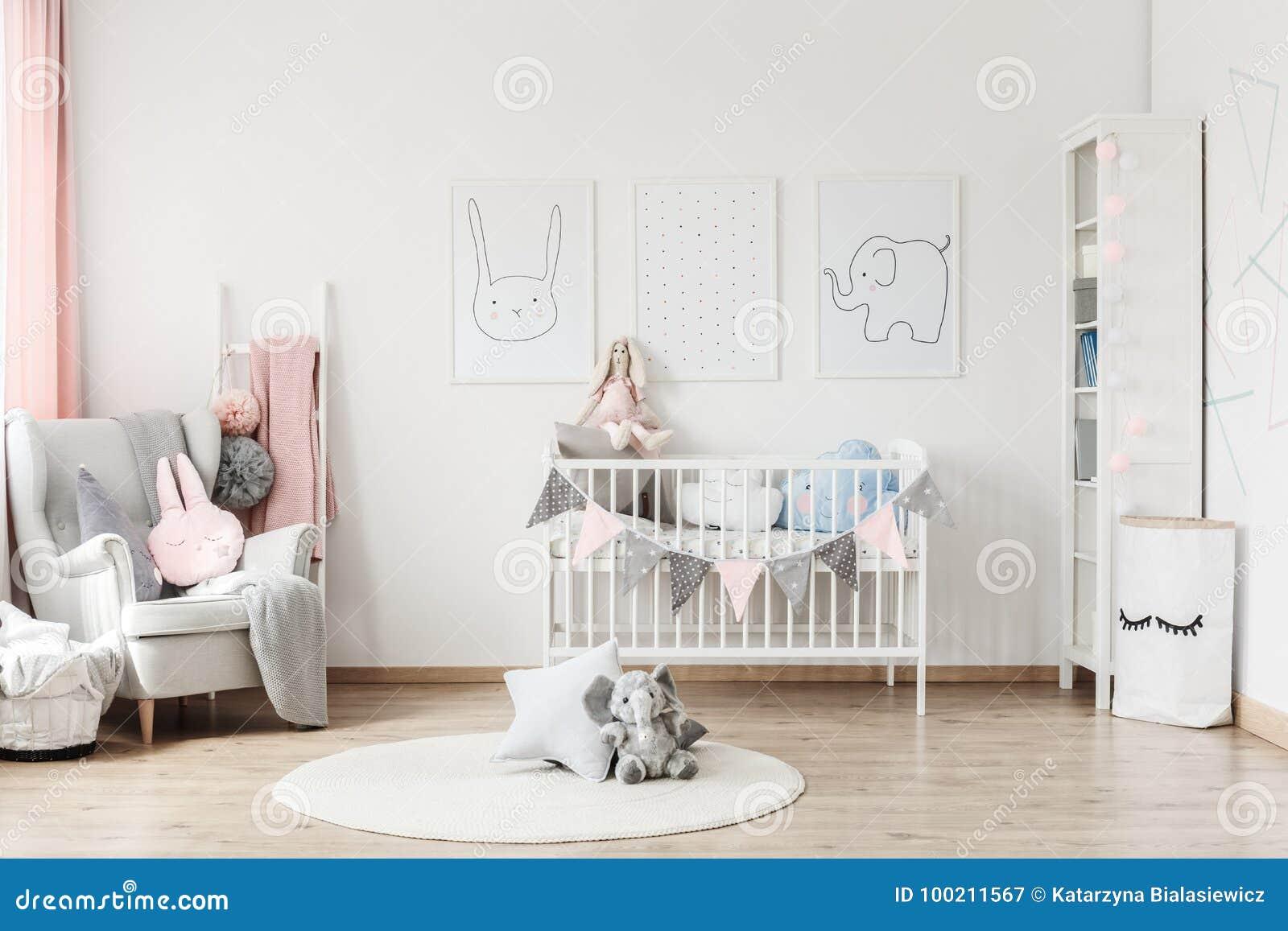 Baby` s ruimte met grijze leunstoel