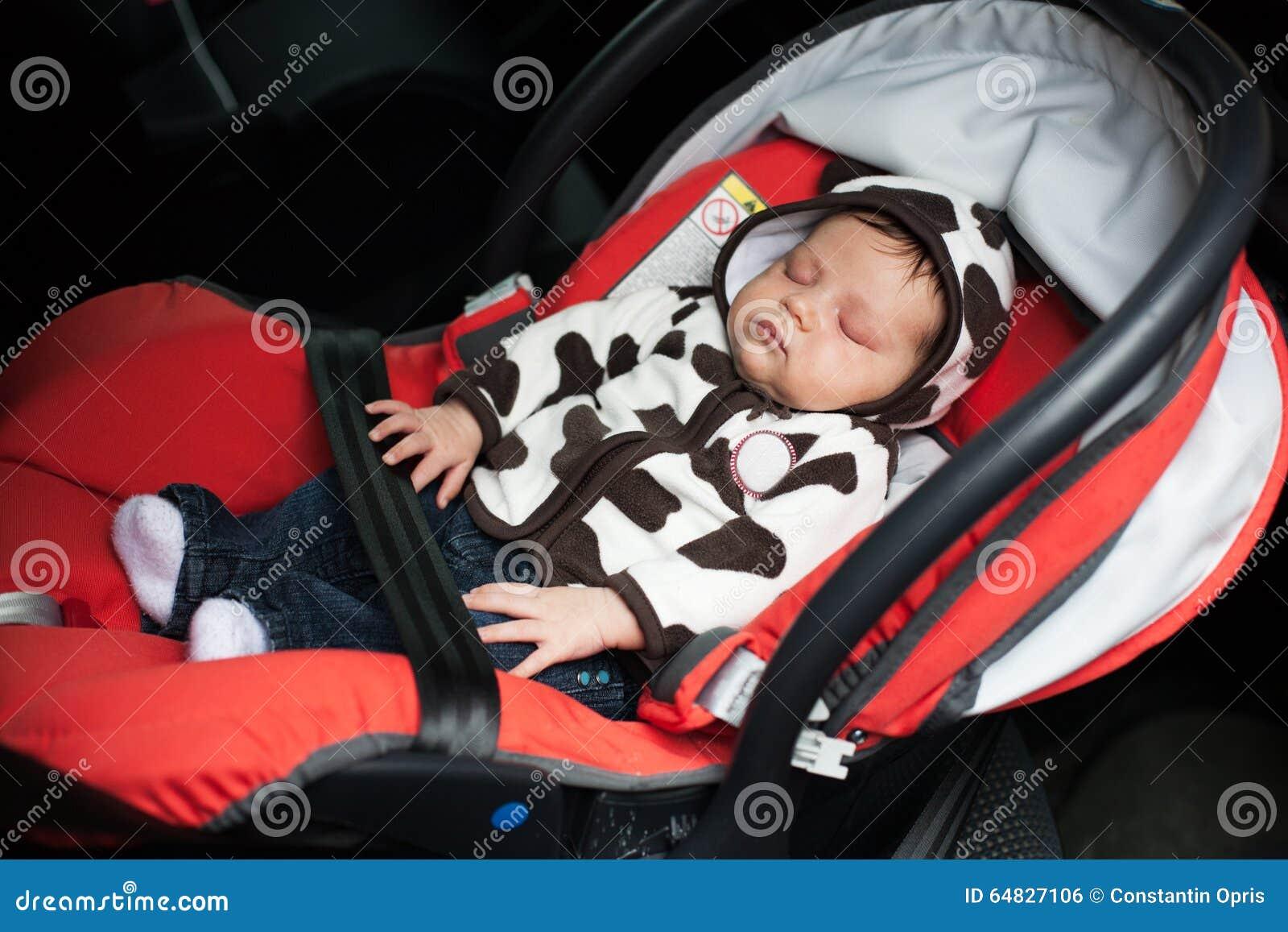 Baby schlafend im Autositz